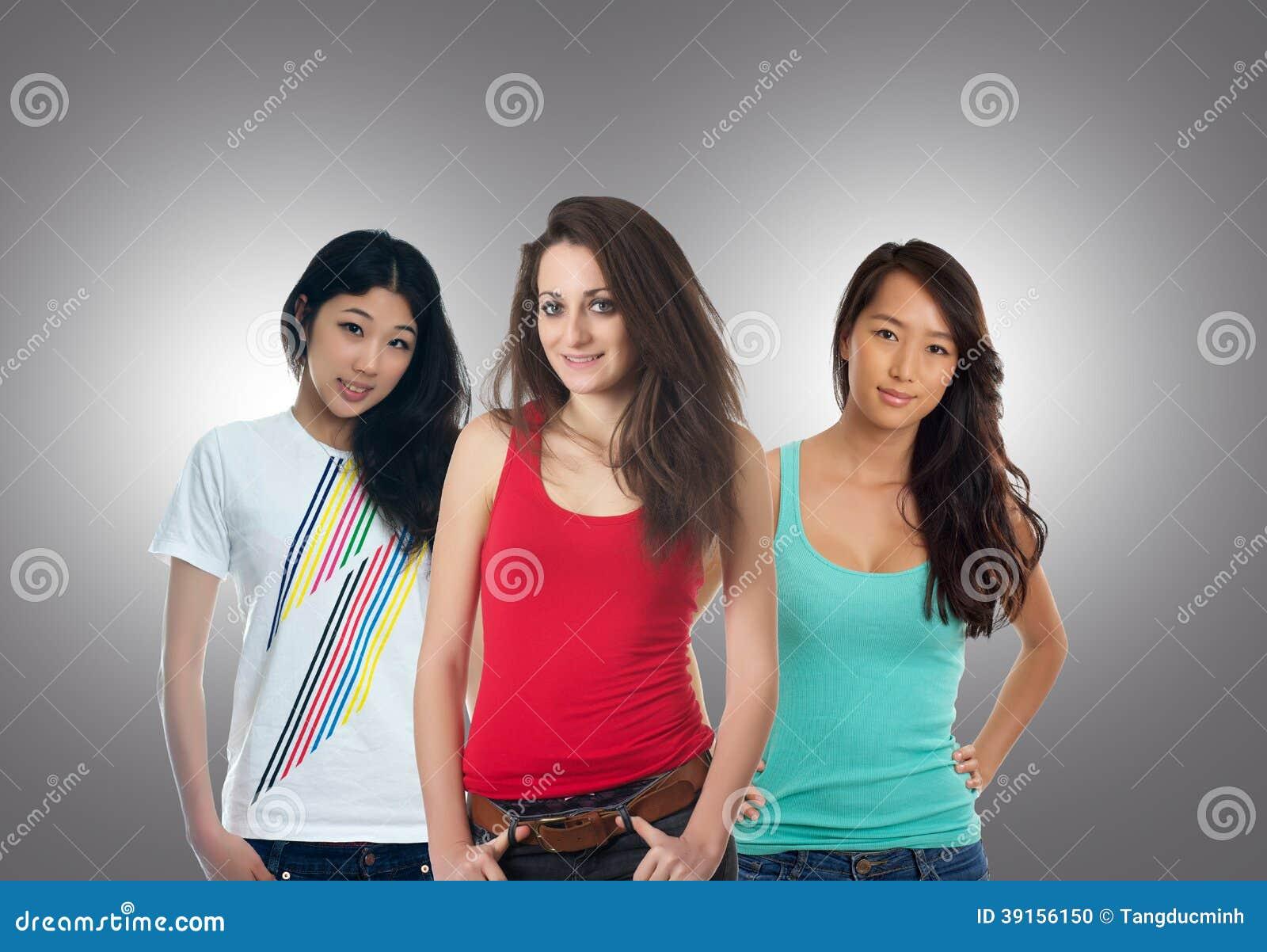 几岁_一起穿偶然服装的三个十几岁的女孩.