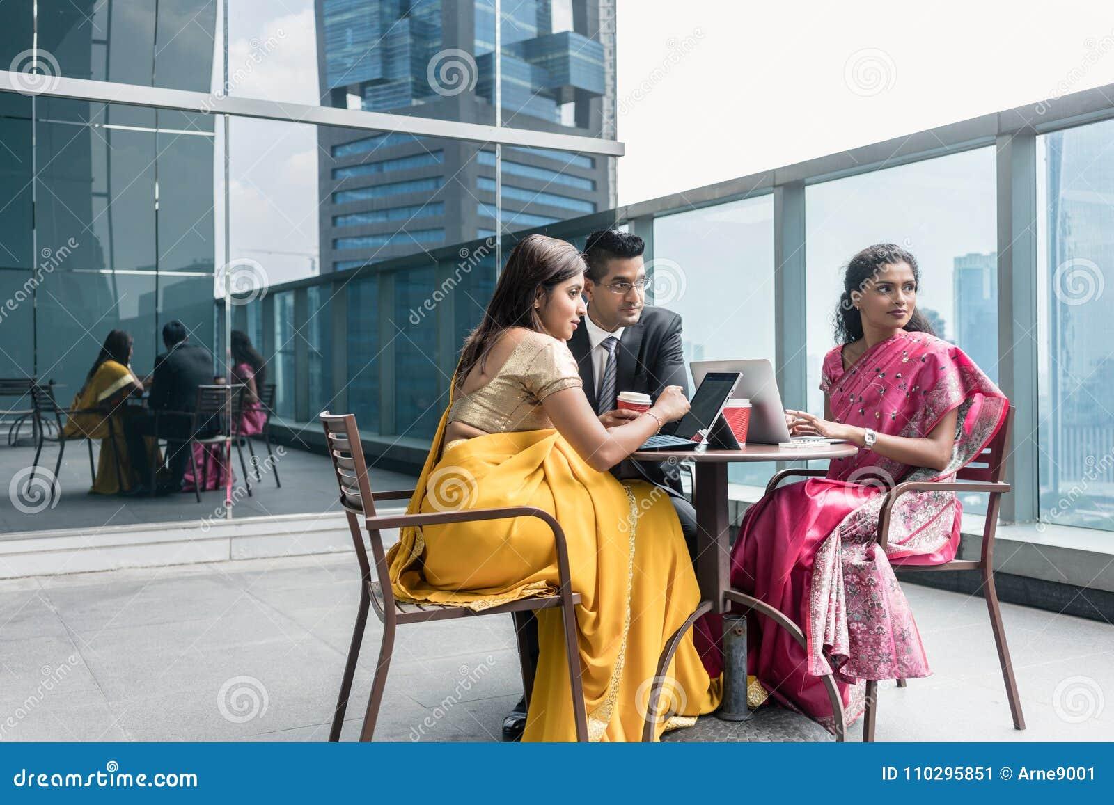 三个印地安商人谈话在断裂期间在工作