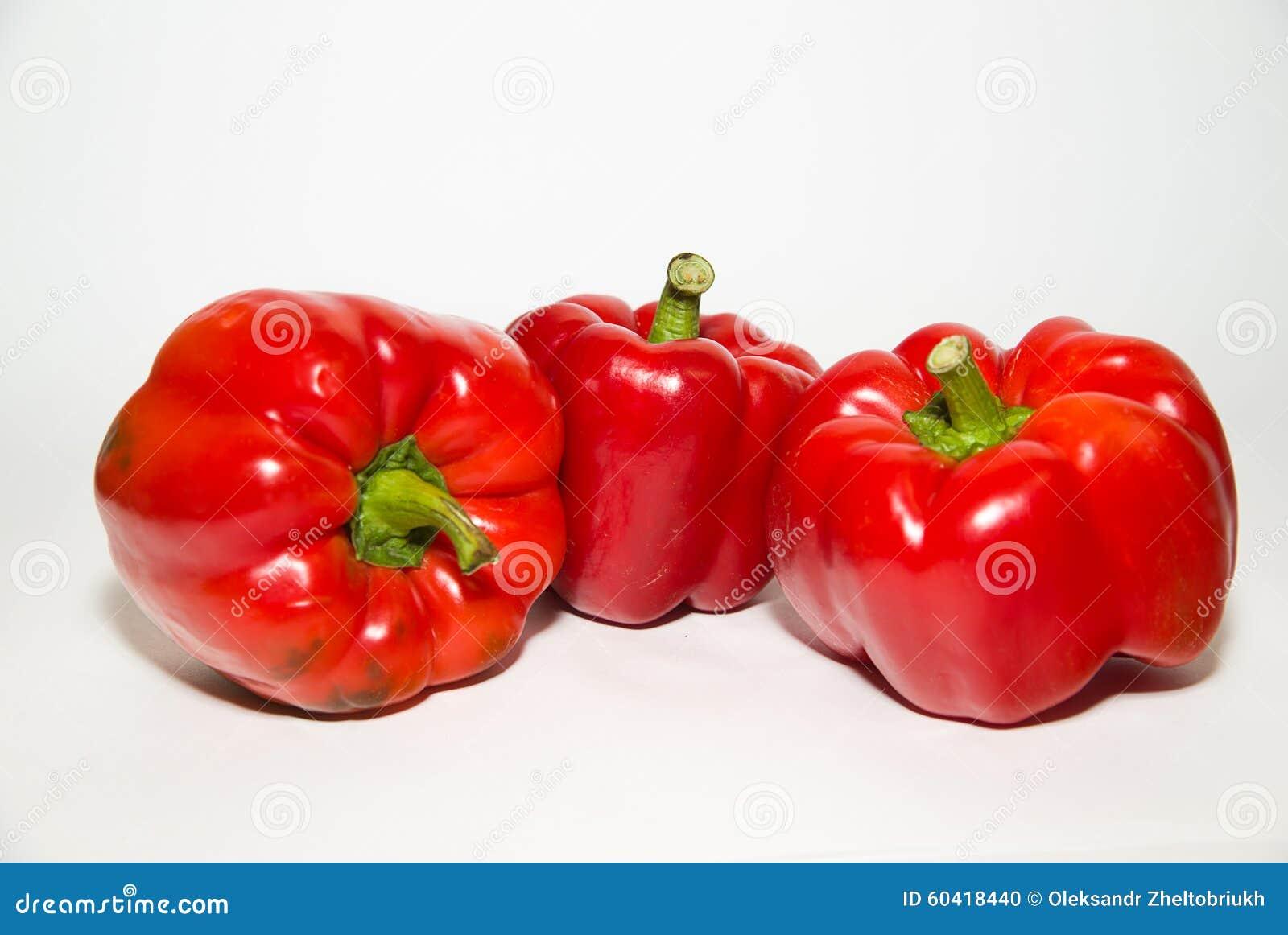 三个成熟红辣椒在白色