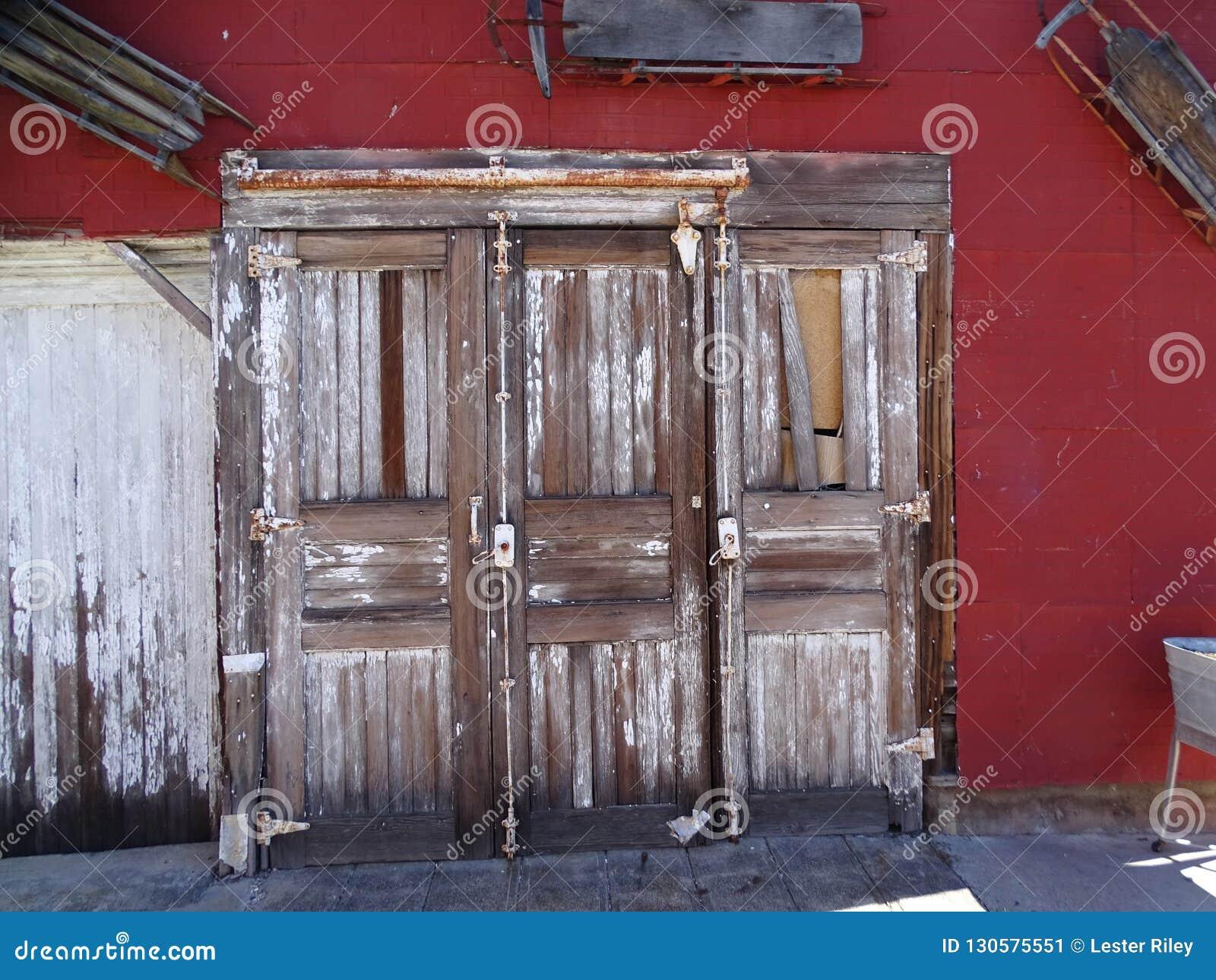 三个独特的遗弃木门