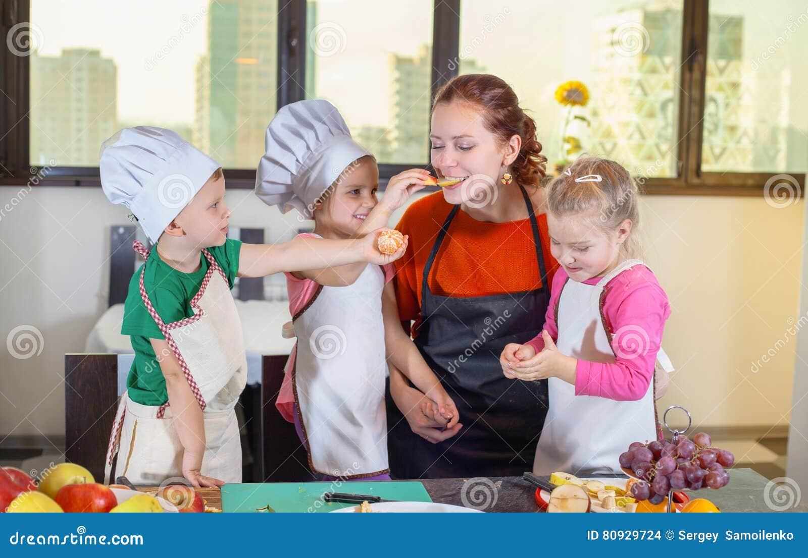 三个逗人喜爱的孩子在厨房里准备水果沙拉