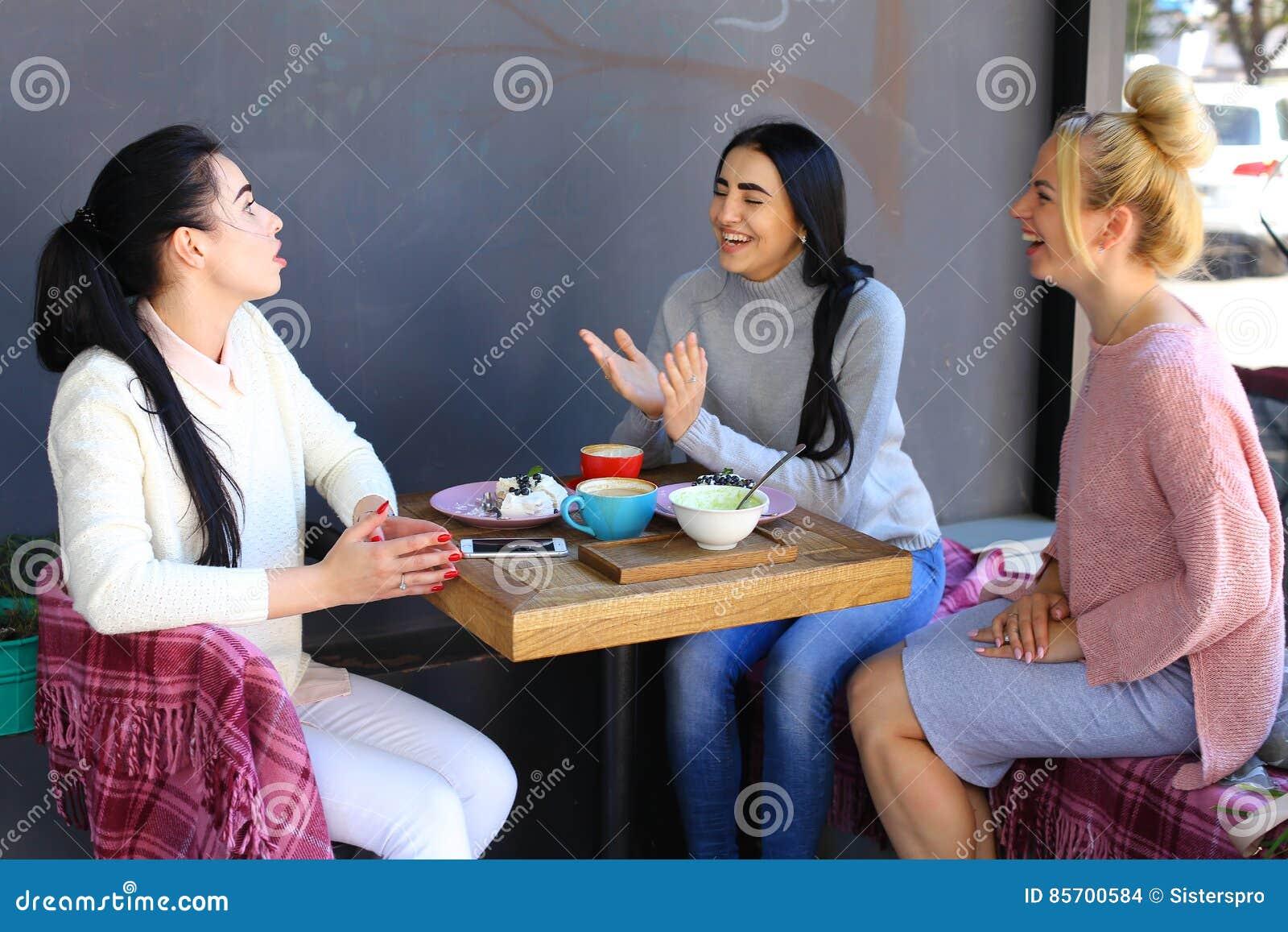 三个年轻壮观的女孩女朋友喋喋不休,说闲话, sha