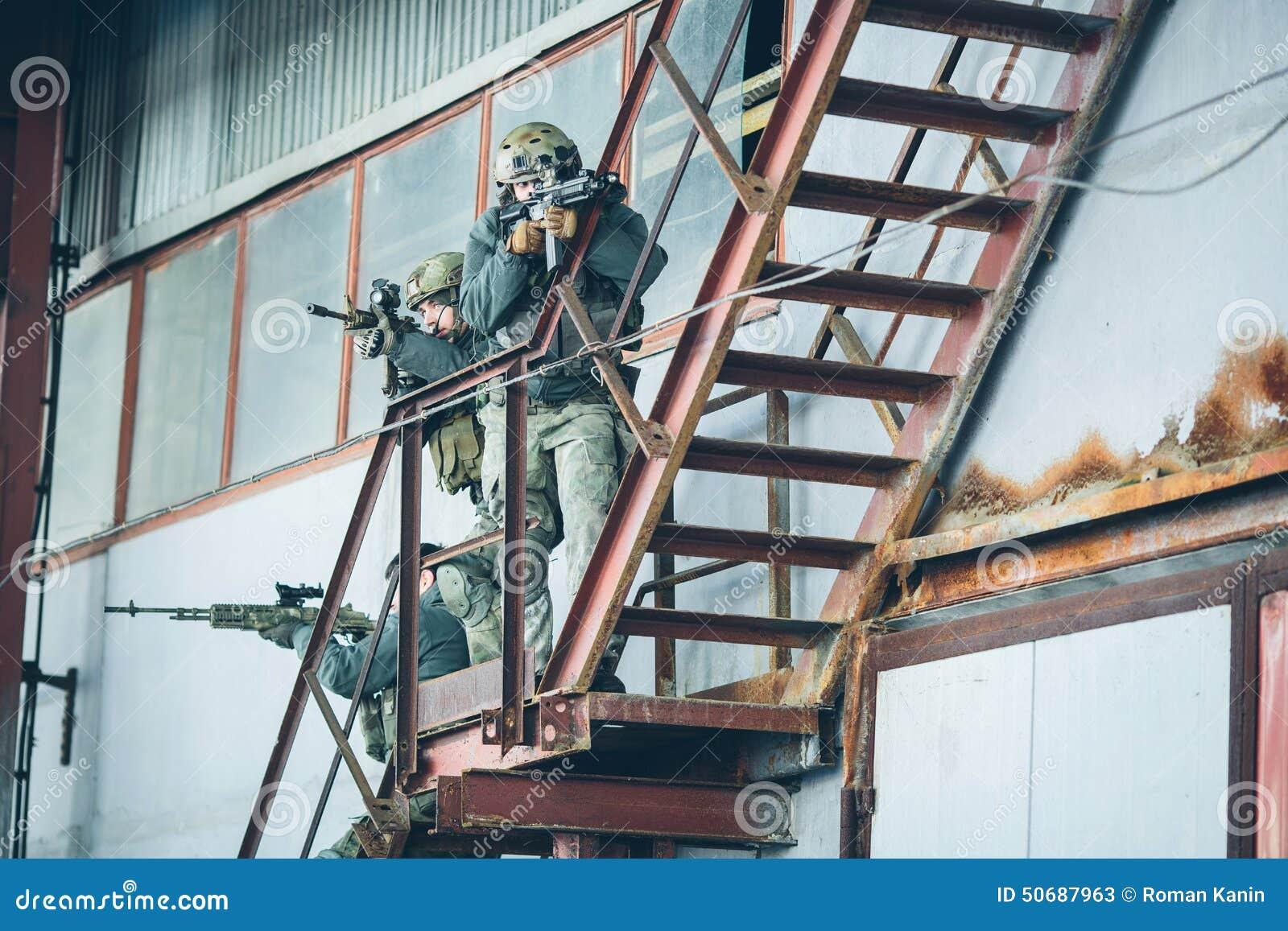 Download 三位战士在工厂攀登台阶 库存图片. 图片 包括有 协助, 斗牛的, 查找, 战场, 绿色, 扶手, 手套 - 50687963