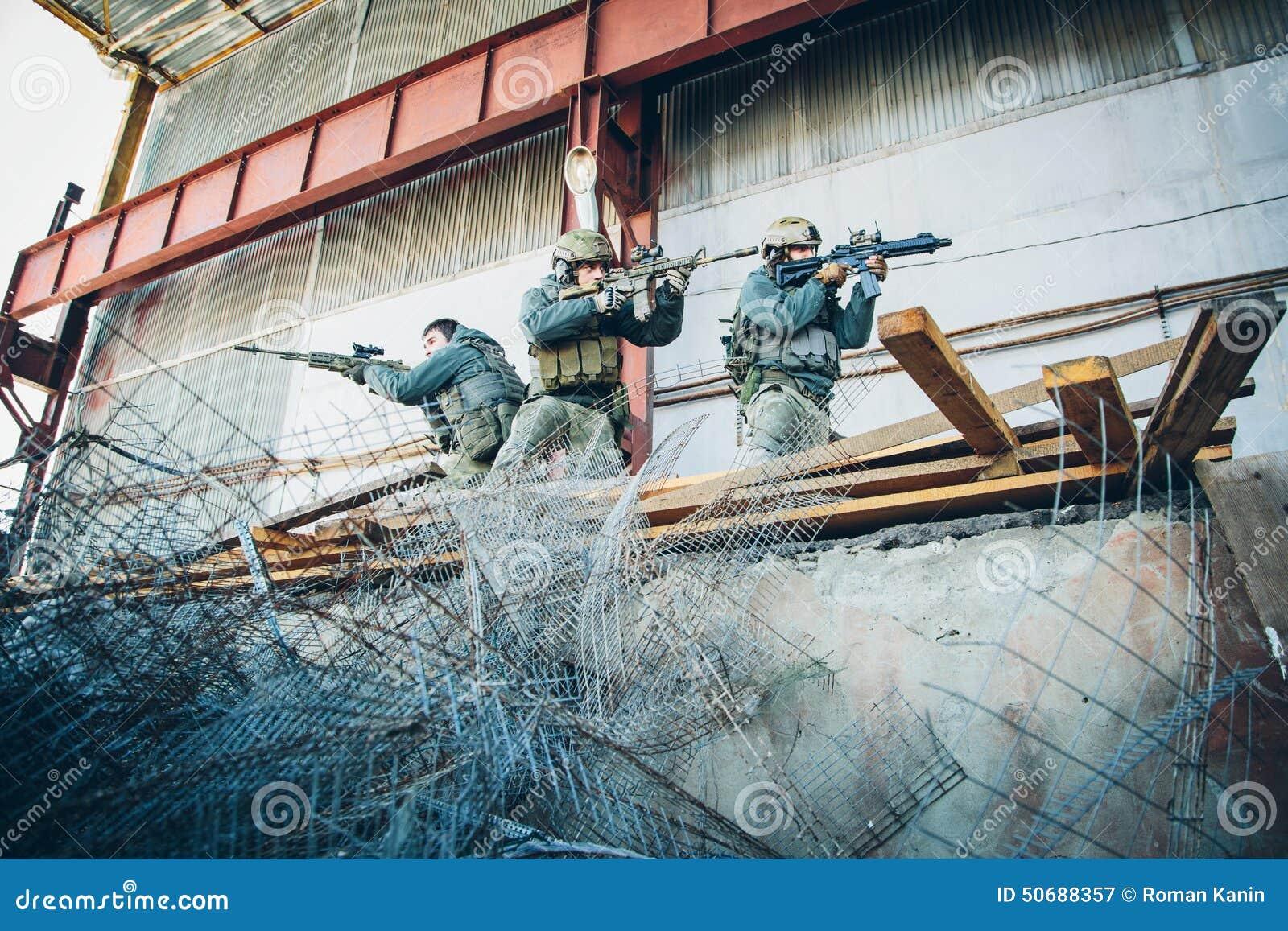 Download 三位战士从敌人释放了大厦 库存图片. 图片 包括有 目标, 出现, 英雄, 友善, 危险, 控制, 阵营 - 50688357
