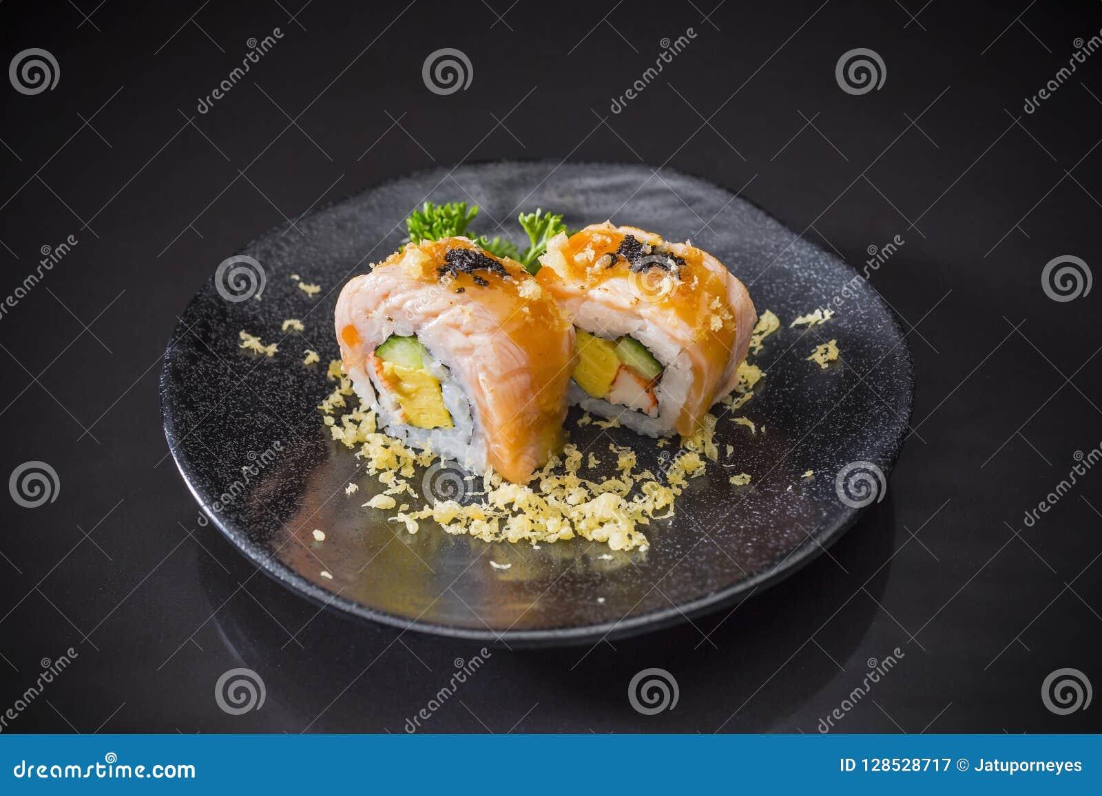 三文鱼寿司卷用调味汁和天麸罗,日本料理