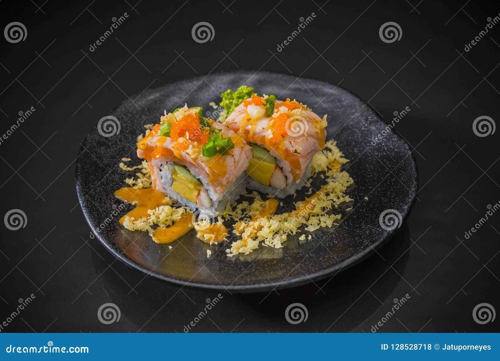 三文鱼寿司卷用辣调味汁和天麸罗