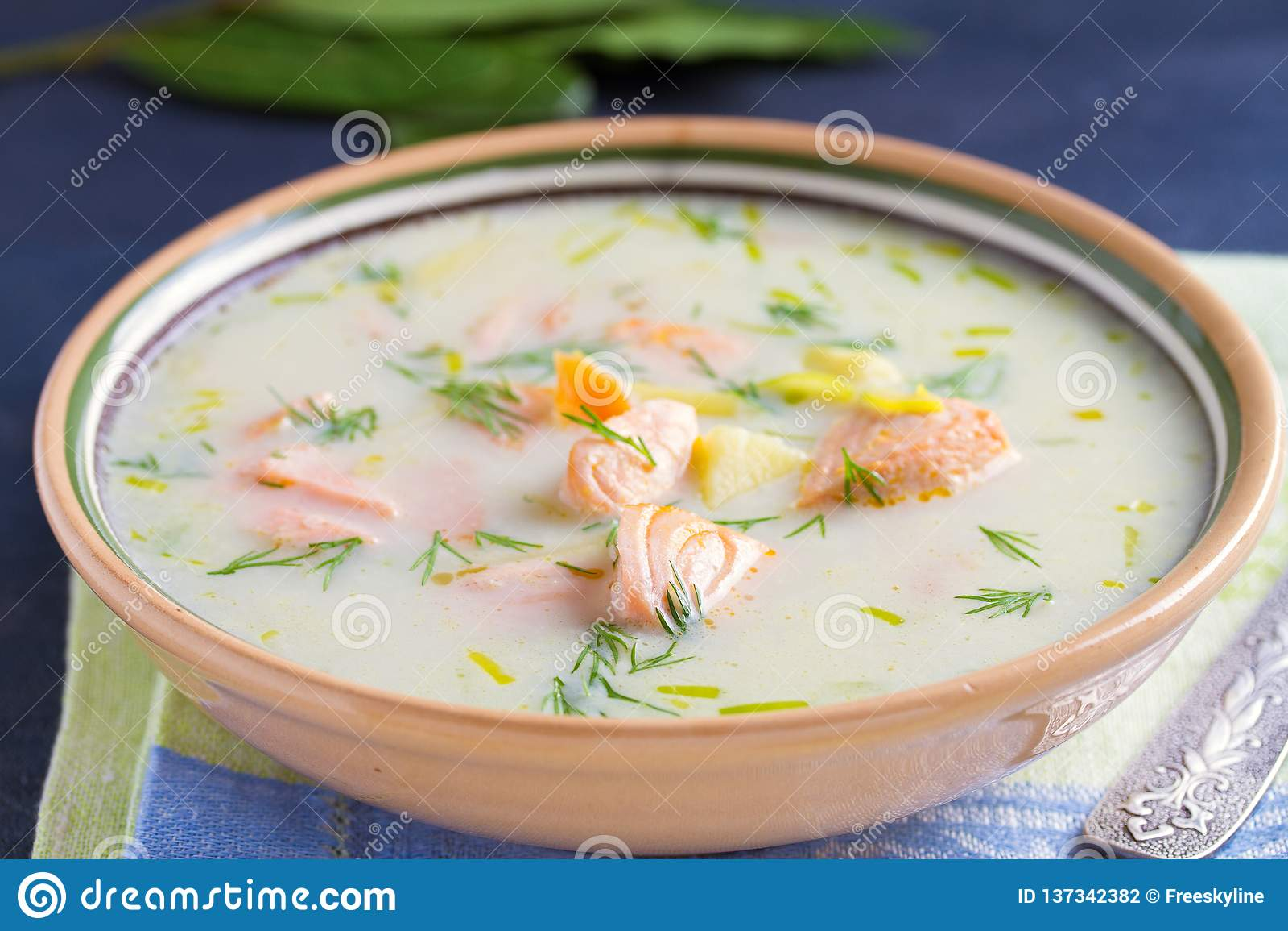 三文鱼汤 乳脂状的热诚的三文鱼鱼汤 清洗吃的,健康和饮食食物概念