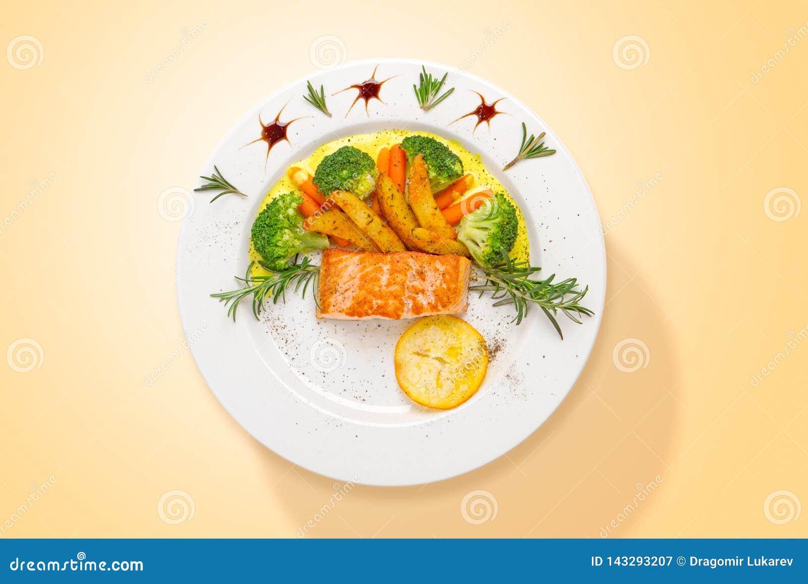 三文鱼用咖喱汁和新鲜蔬菜 r