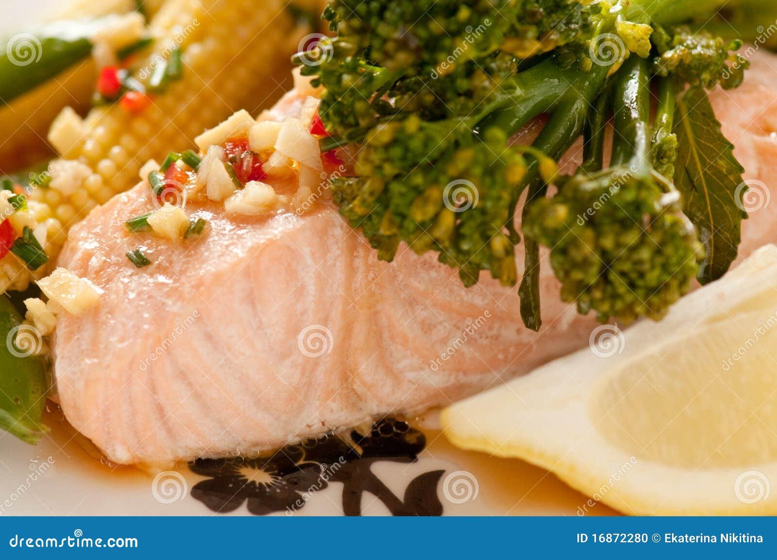 三文鱼蒸了蔬菜