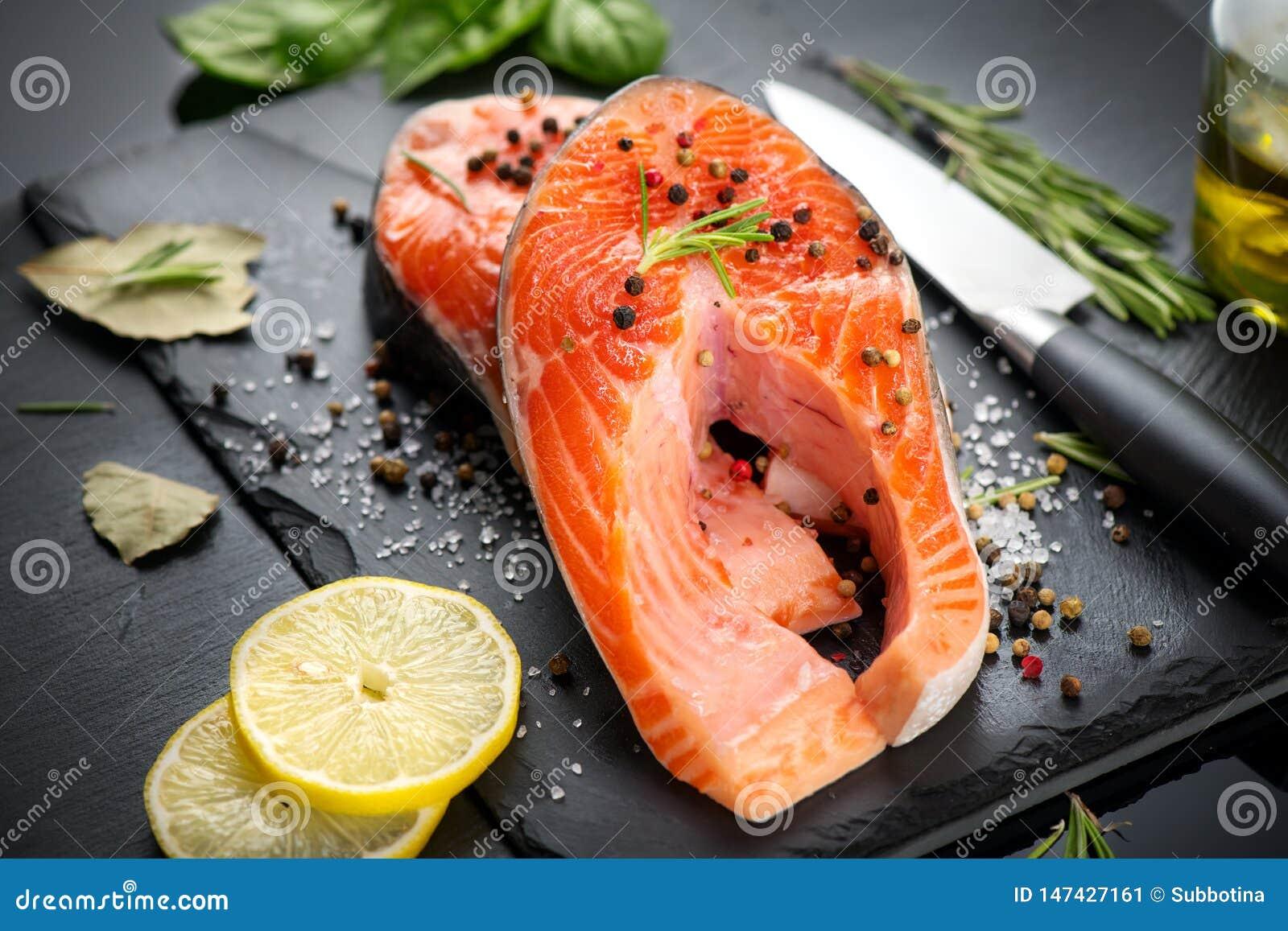 三文鱼 未加工的鳟鱼鱼排用草本和柠檬在黑板岩背景 烹调,海鲜 E