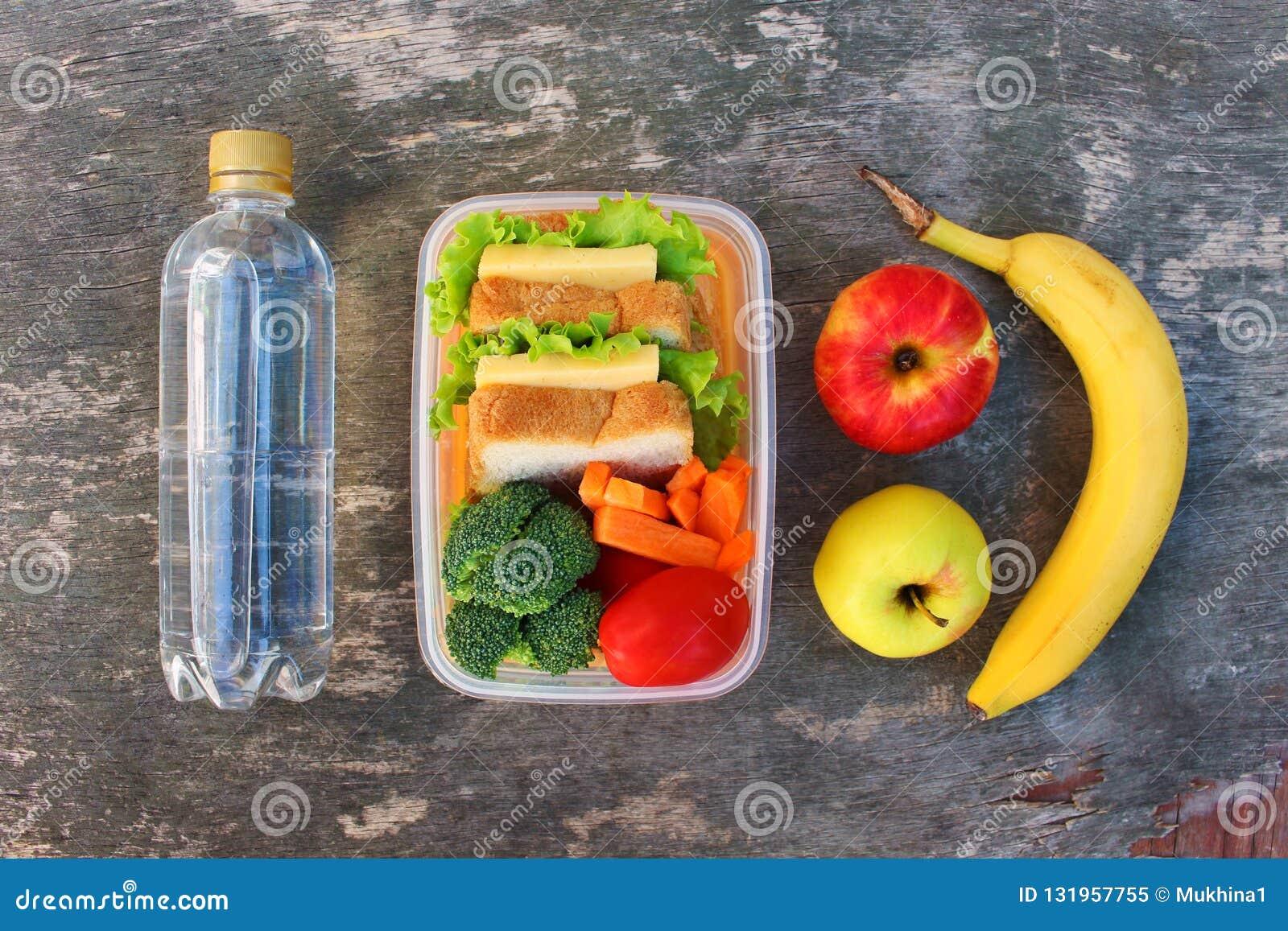 三明治、水果和蔬菜在食物箱子,水