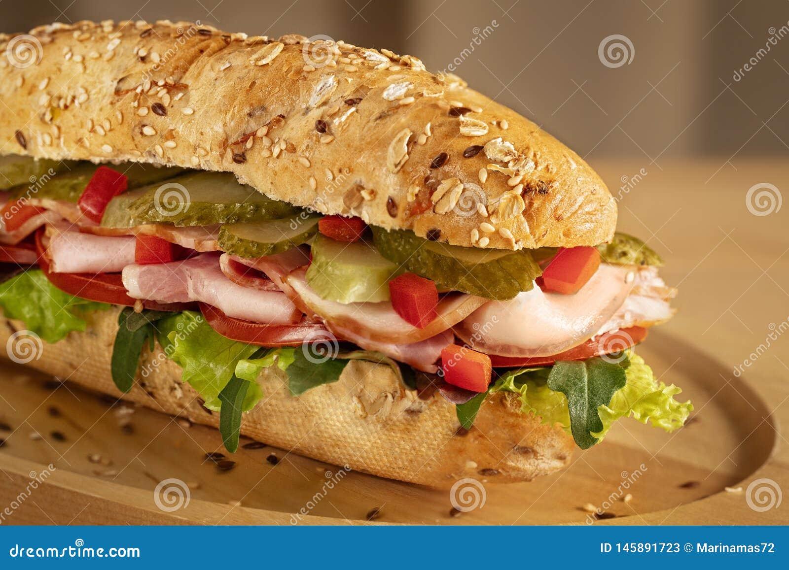 三明治用火腿、腌汁、新鲜的蕃茄和蔬菜沙拉