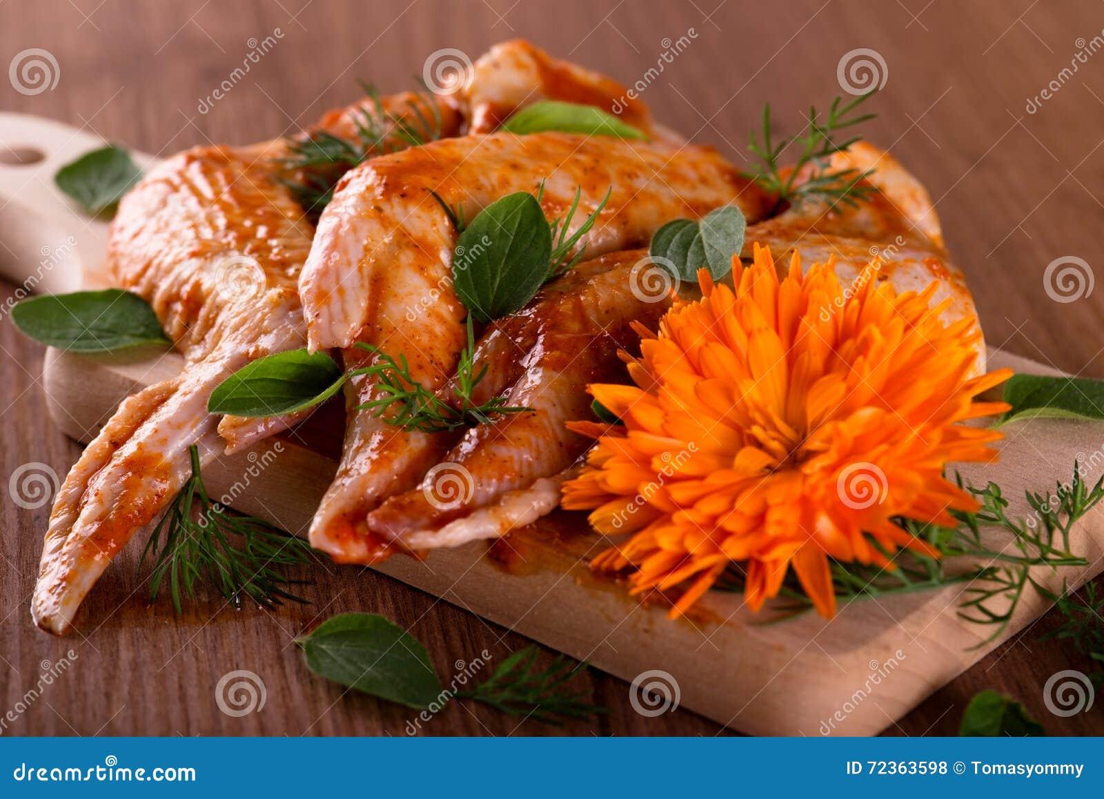 三用了卤汁泡有万寿菊的鸡翼在木板