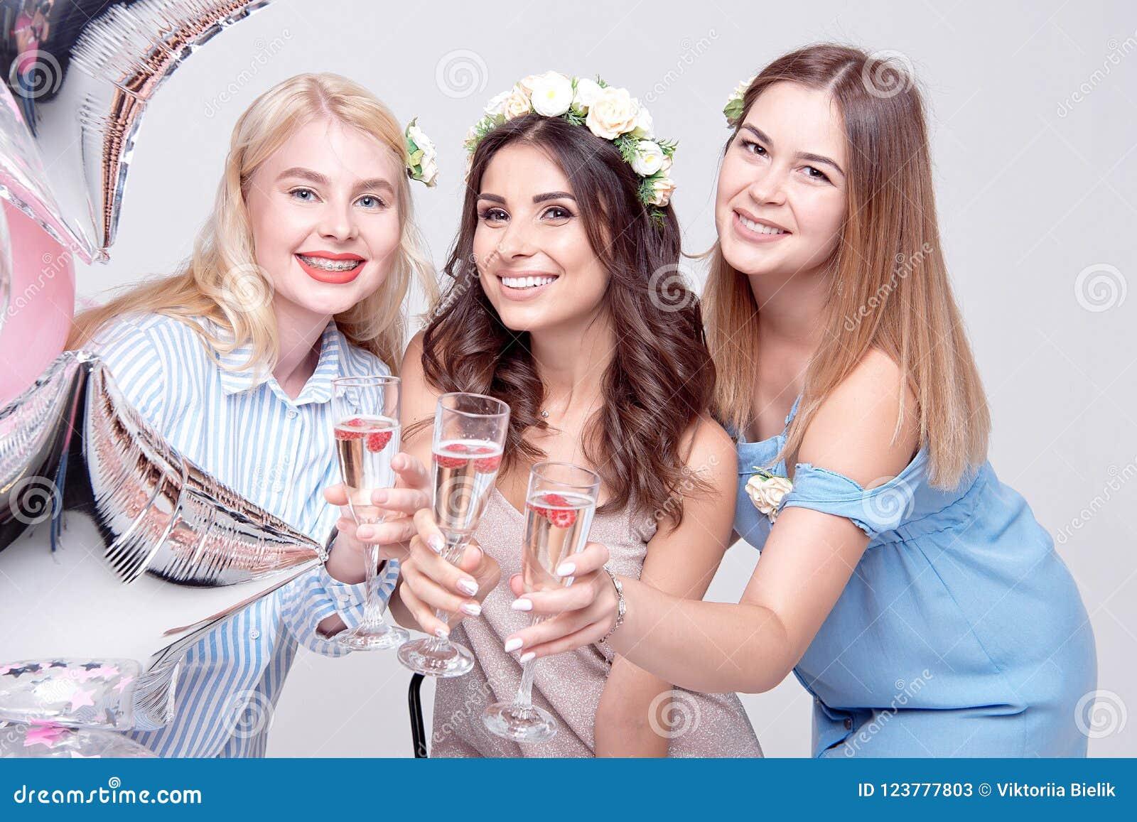 三获得微笑的妇女在党的乐趣