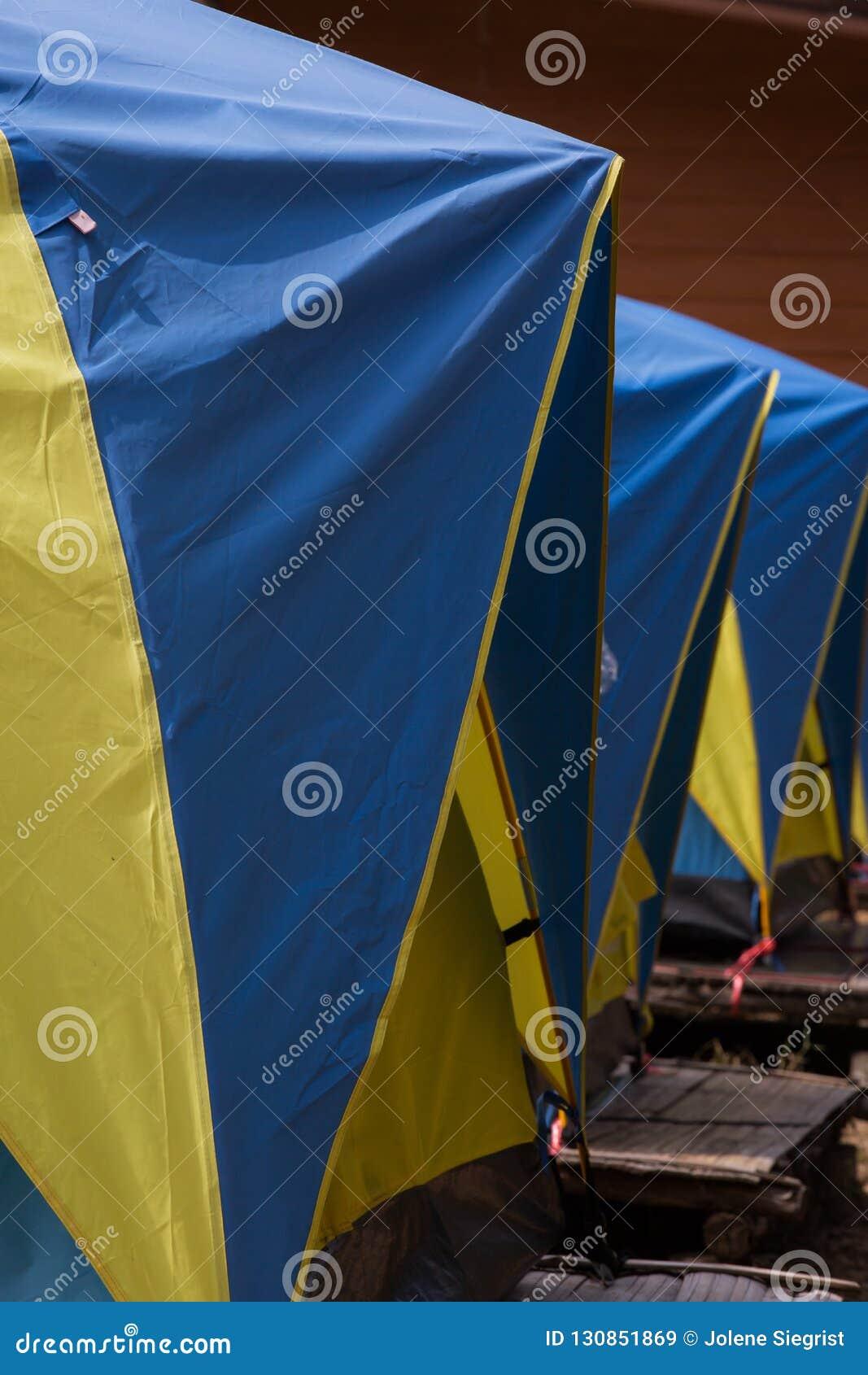 三蓝色和黄色帐篷连续