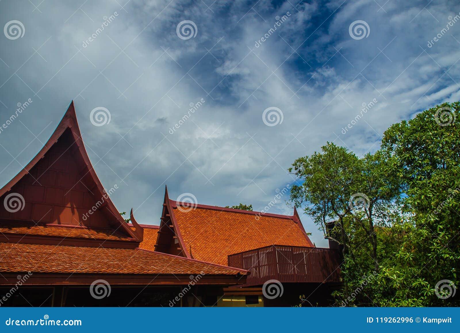 三角形屋顶在泰国样式的房子设计有蓝天背景 泰国样式图片