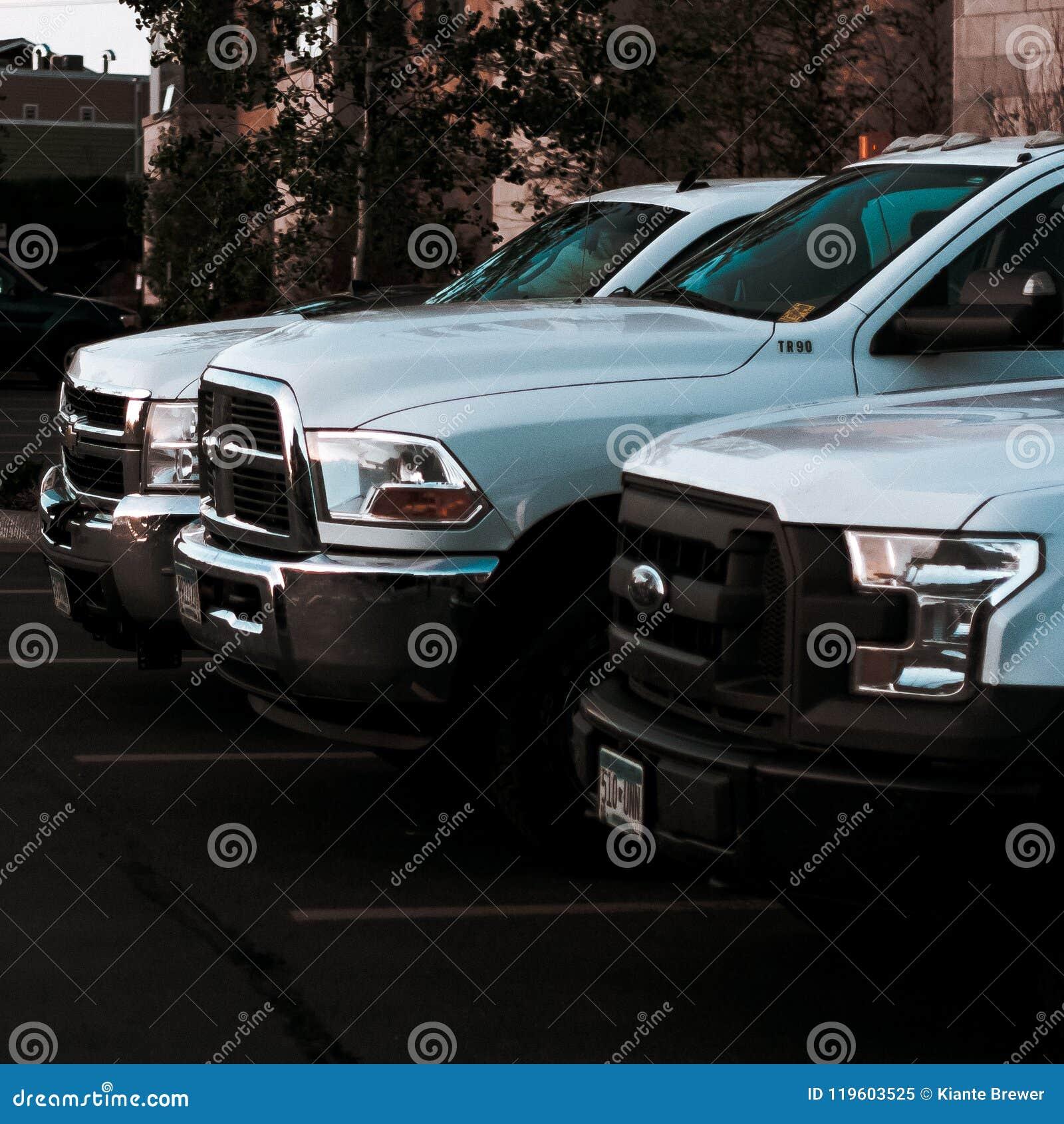 三辆白色工作卡车连续