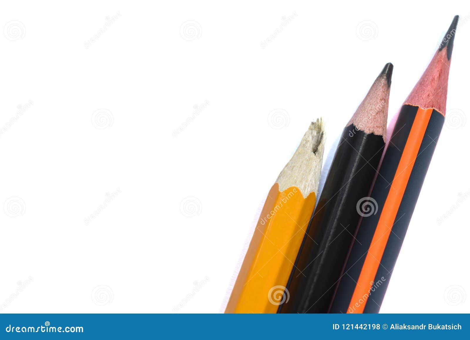 三隔绝了在一个白色背景特写镜头的石墨简单的铅笔 打破的铅笔