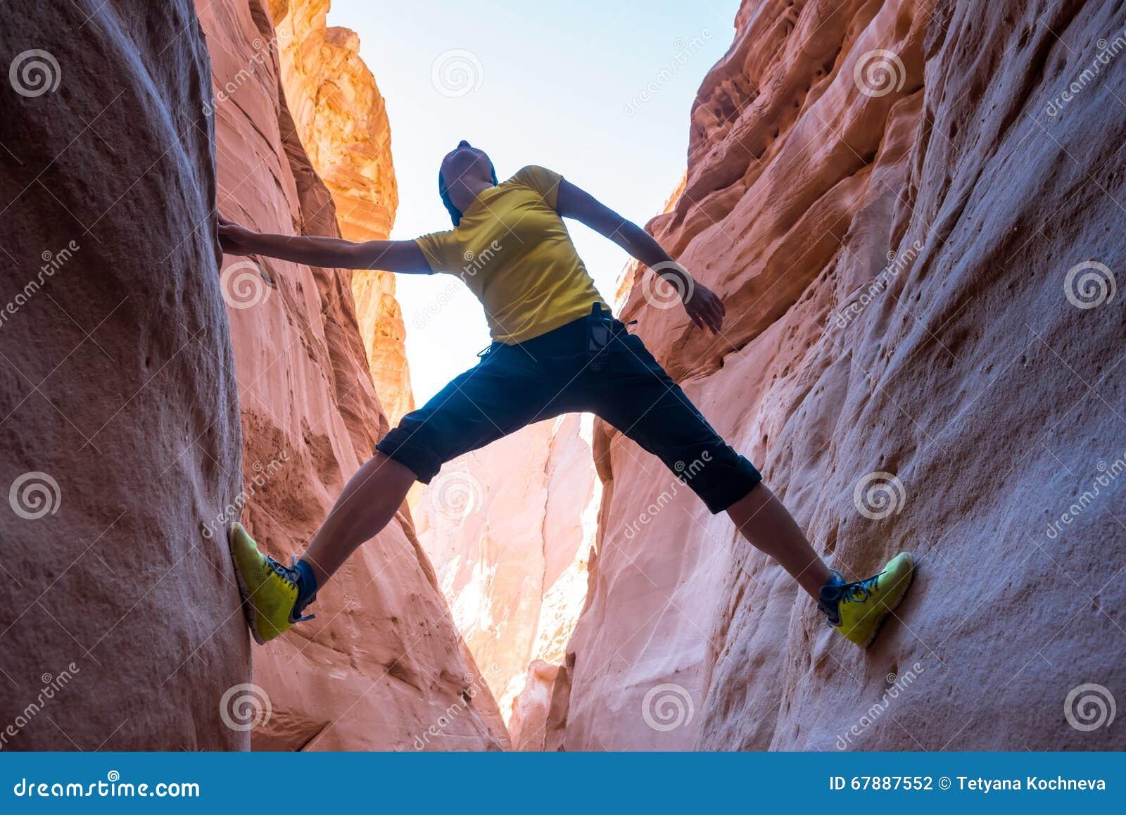 上升在峡谷,西奈,埃及的妇女