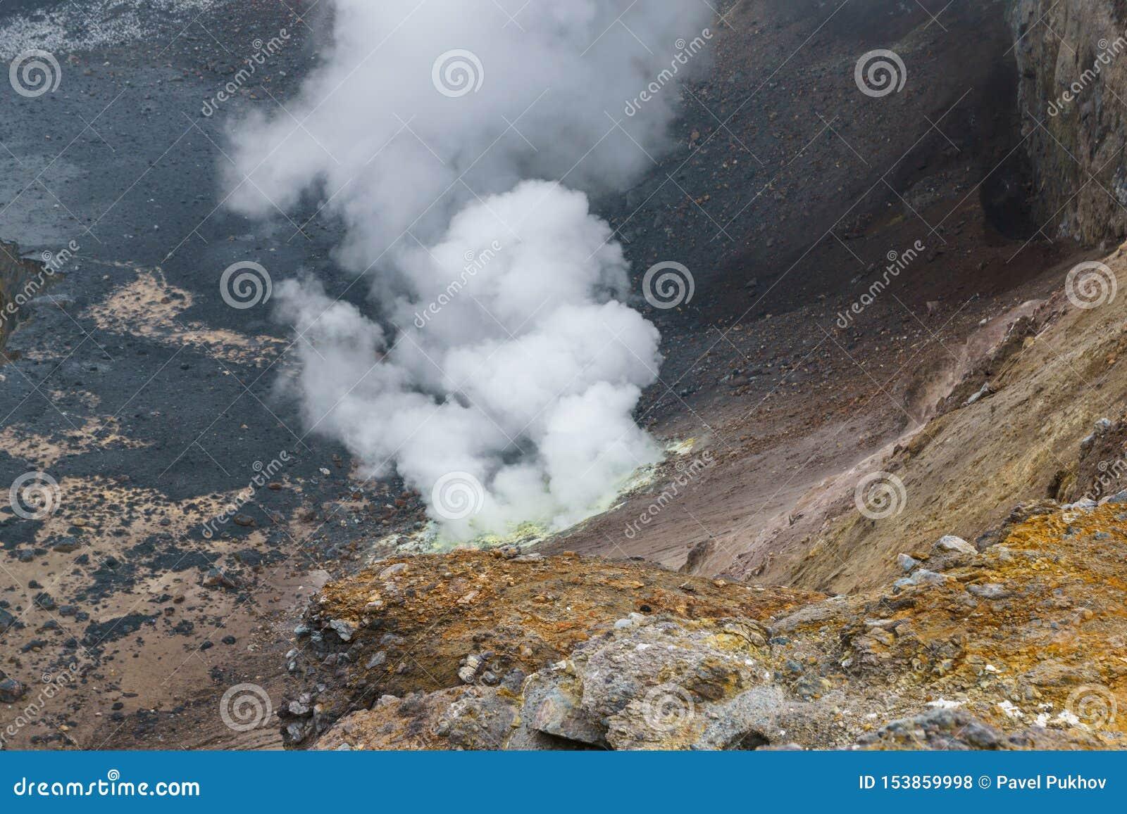 上升在穆特洛夫斯基火山火山上面,俄罗斯