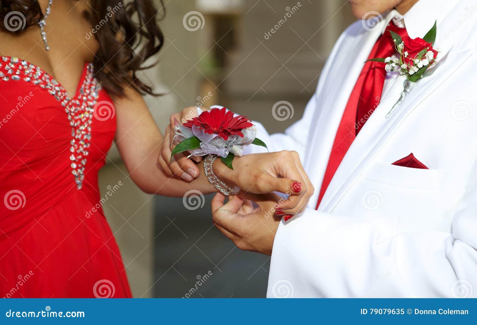 上升正式舞会关闭的少年夫妇腕子胸衣