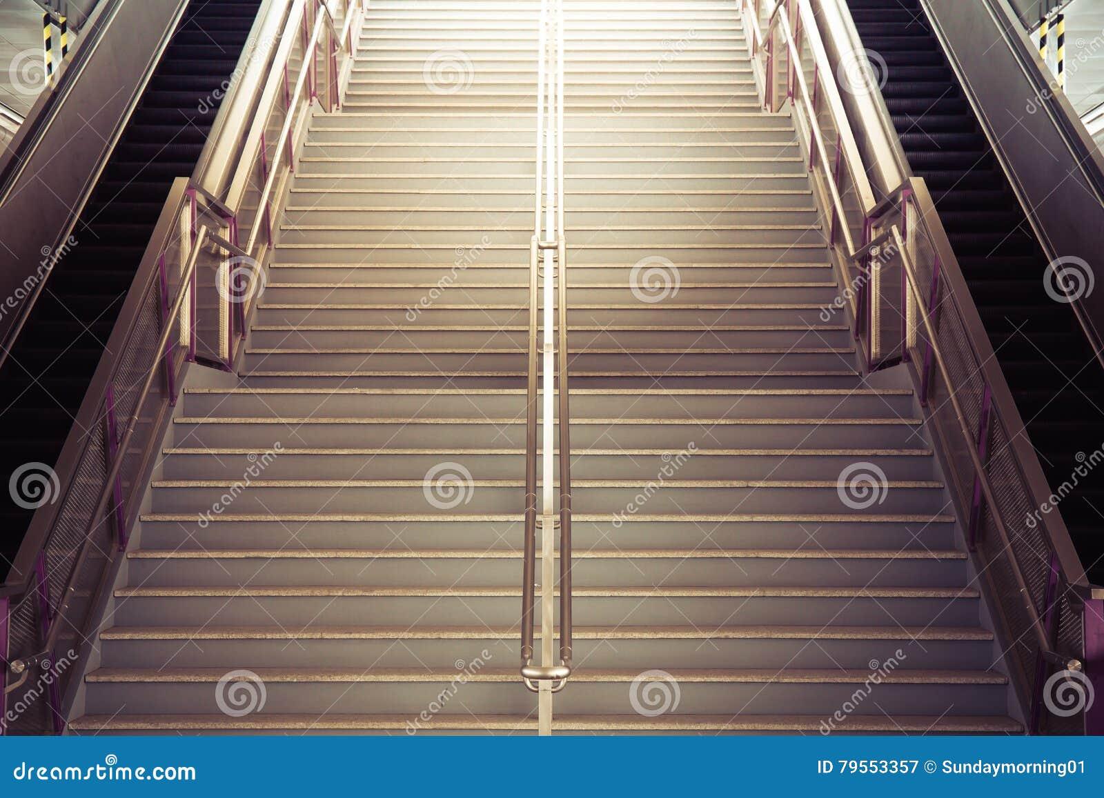 上升至光的隧道楼梯