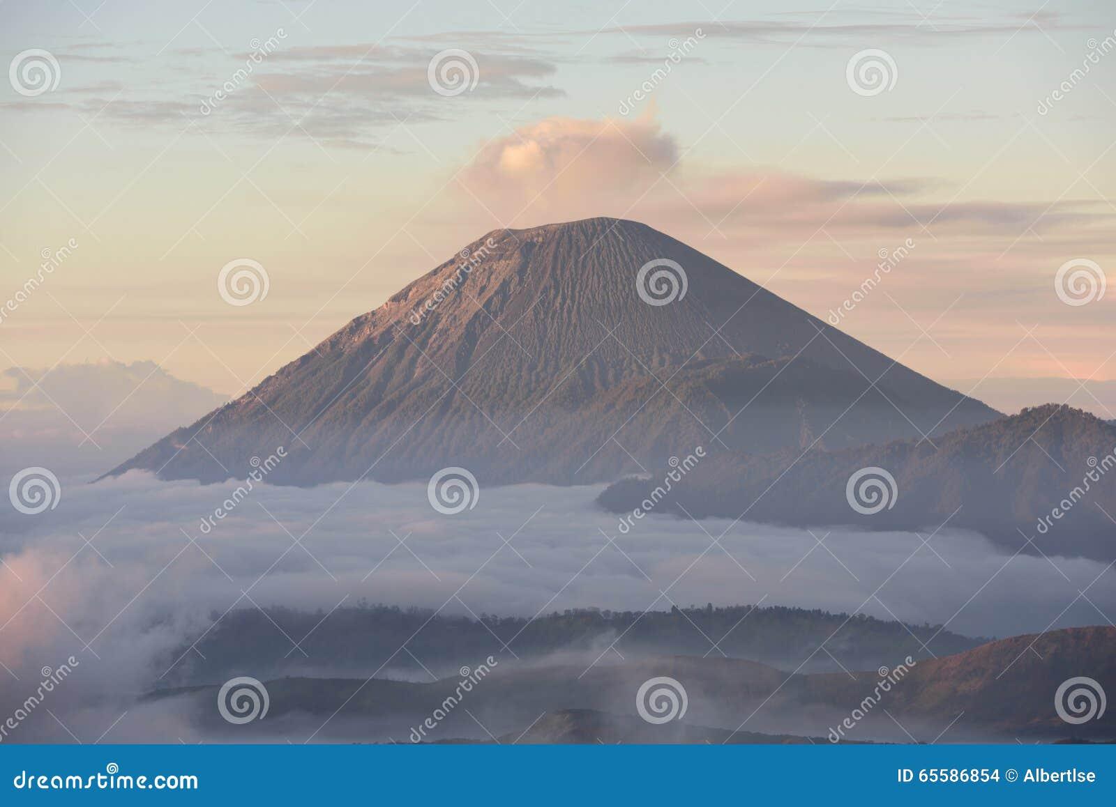 mt塞梅鲁火山看法从登上penanjakan的在东爪哇省,印度尼西亚.