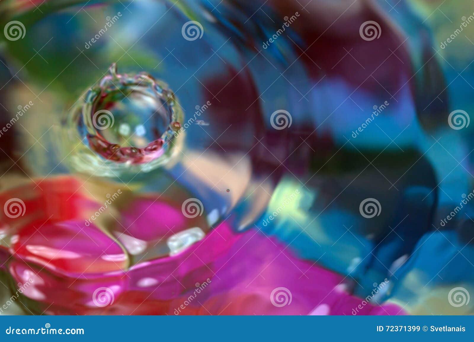 上色行动下落在水中,抽象被弄脏