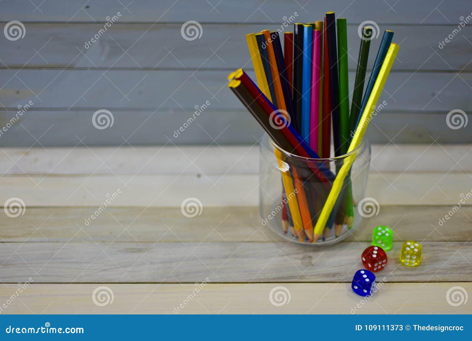 上色铅笔玻璃瓶子五颜六色的丙烯酸酯的模子木土气背景