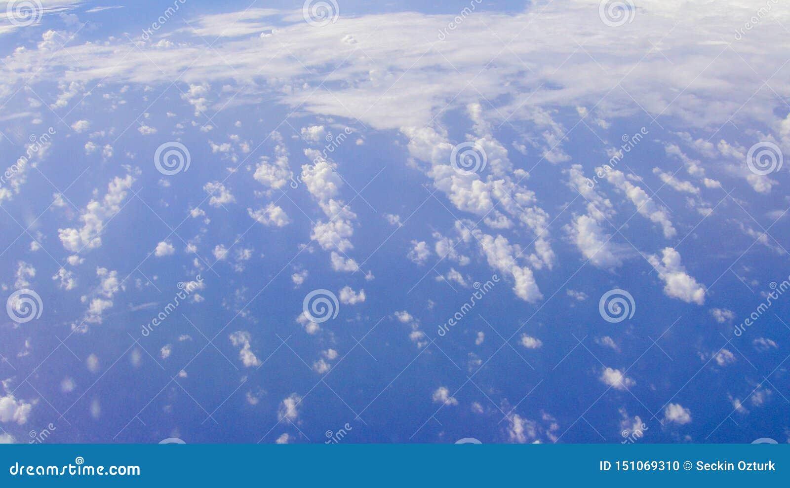 上面云彩视图从飞机窗口