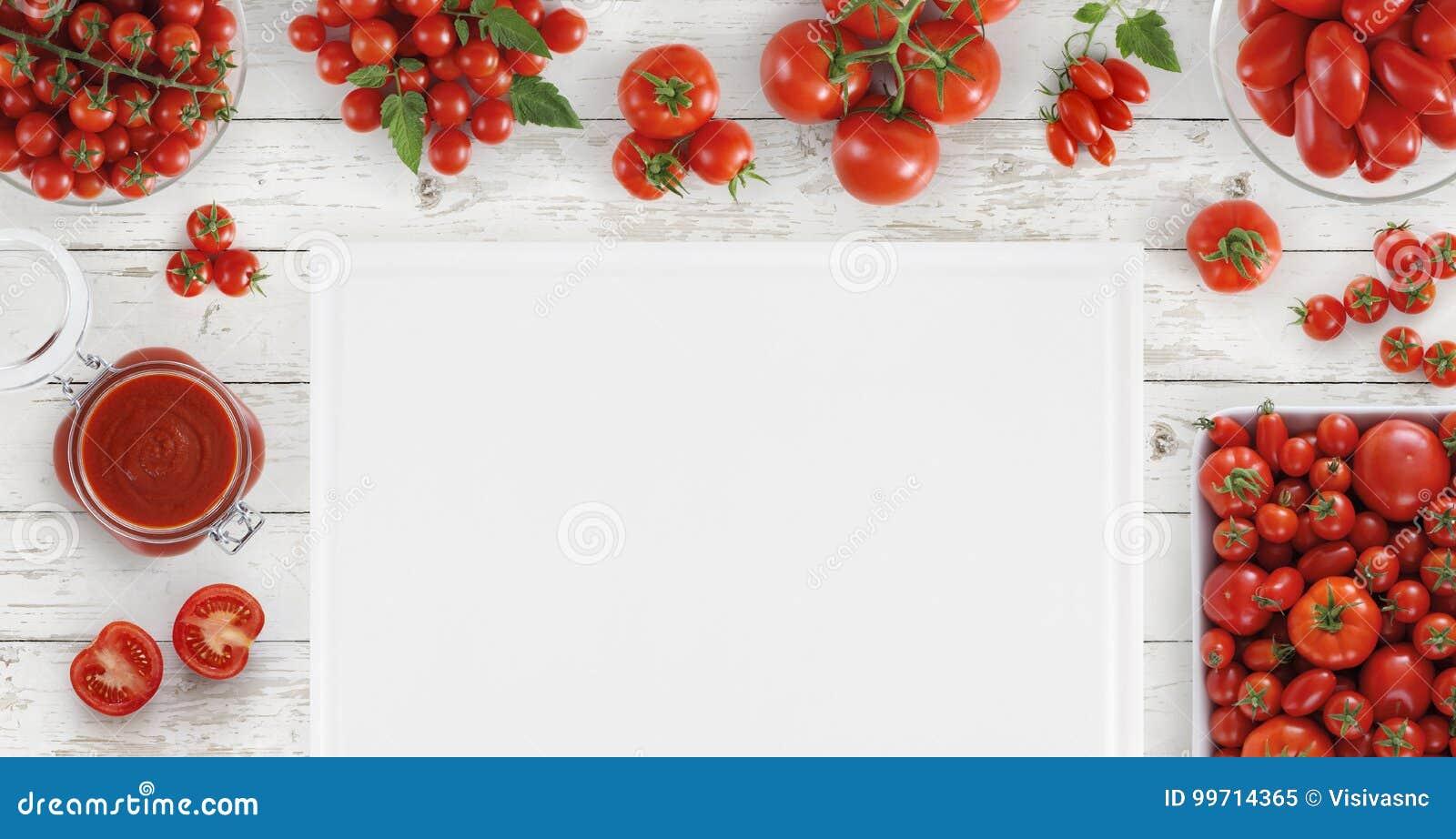 上面食物用许多新鲜的蕃茄、调味汁和空白的切口蟒蛇