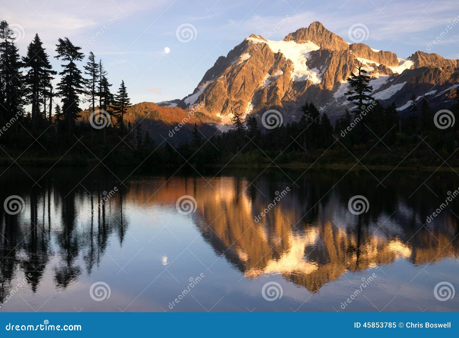 登上Mt Shuksan高山Picture湖北部小瀑布