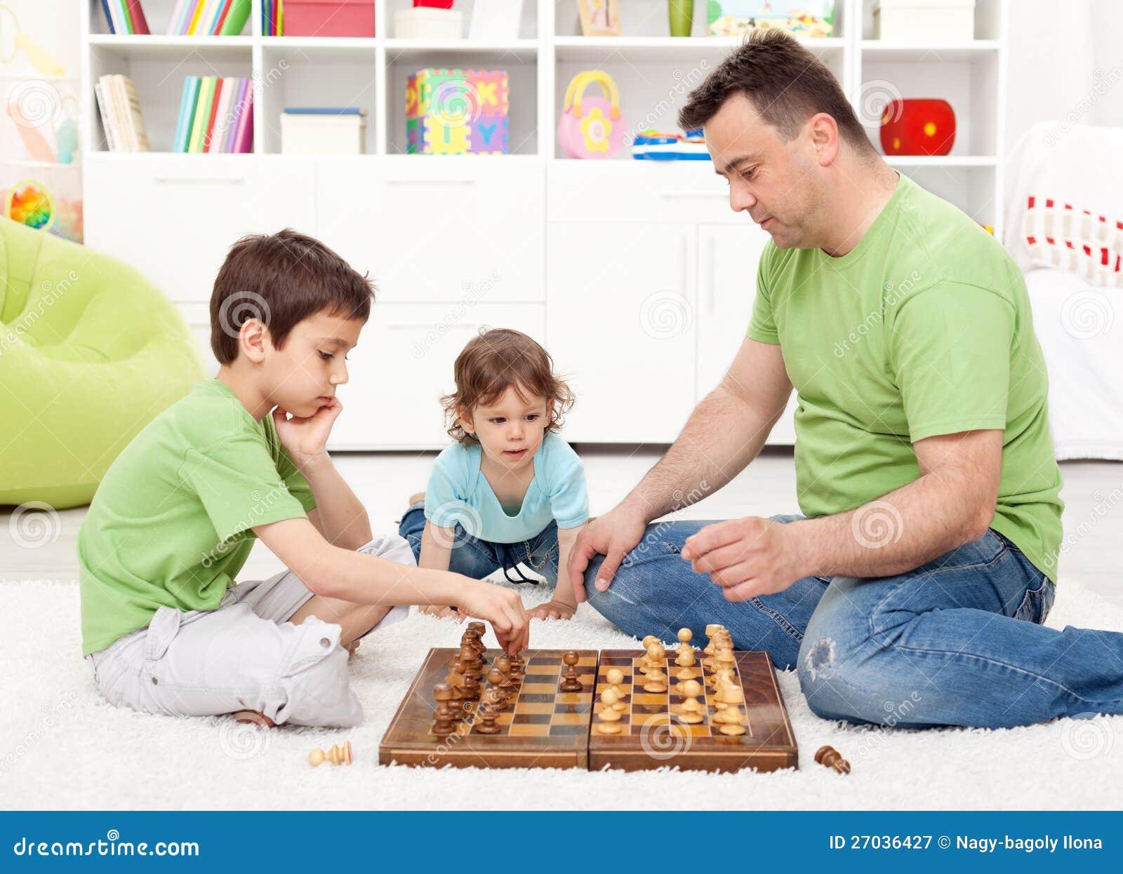 下与他们的父亲的男孩棋