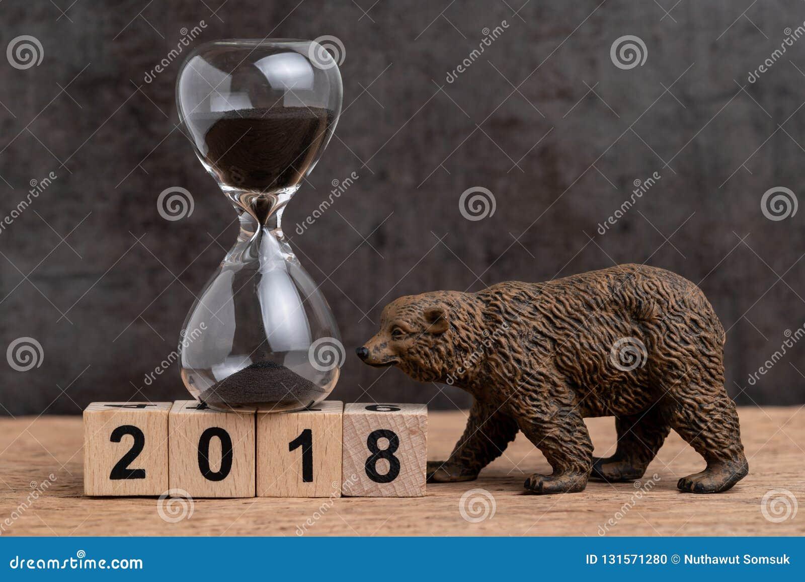 下来年终计数为2018财政或与sandglass或醒来滴漏和熊的形象的熊市概念在立方体块