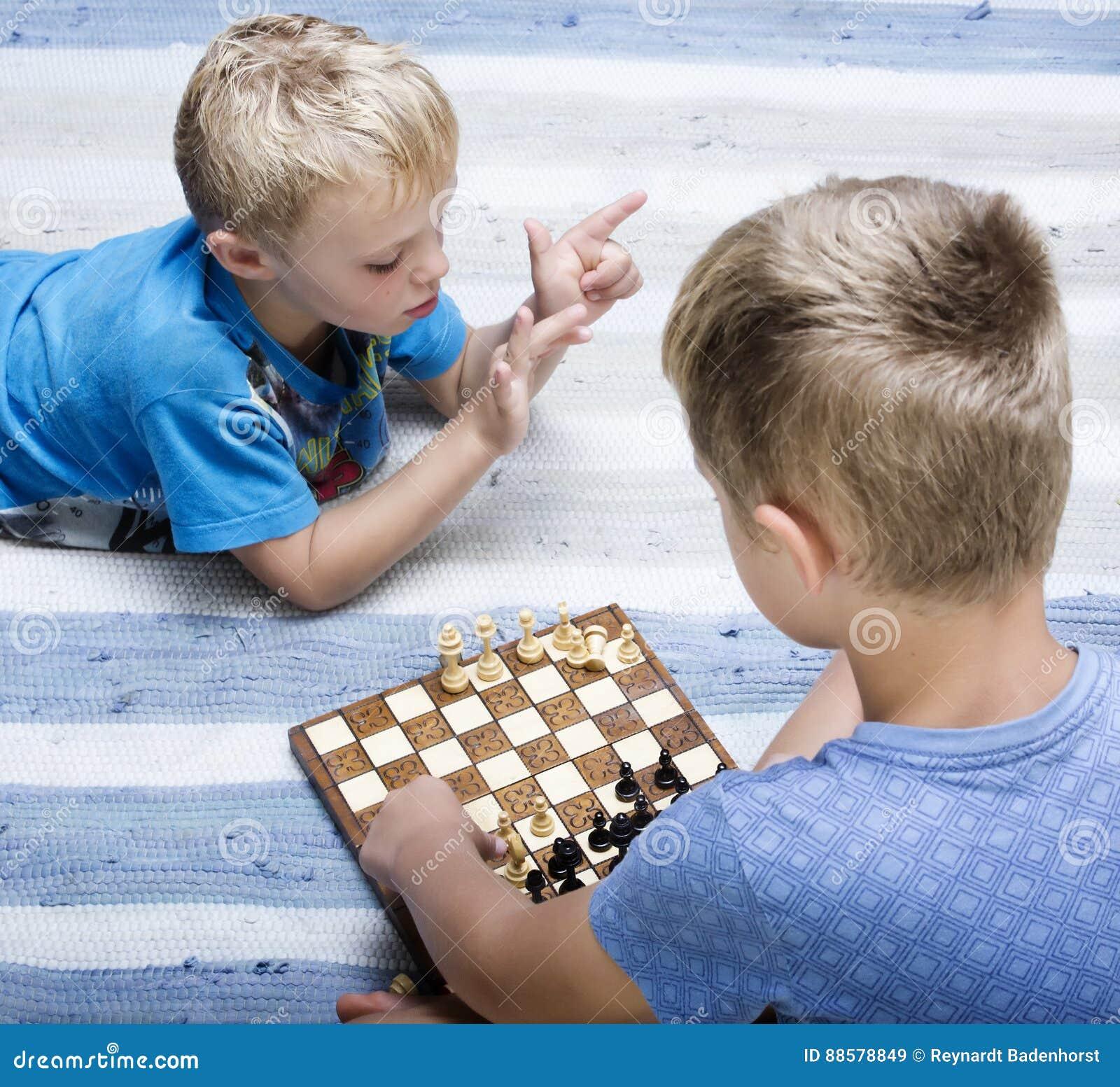 下棋的新男孩