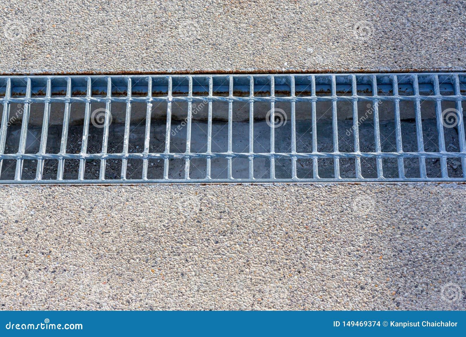下水道接近的格栅流失在街道或走道附近的