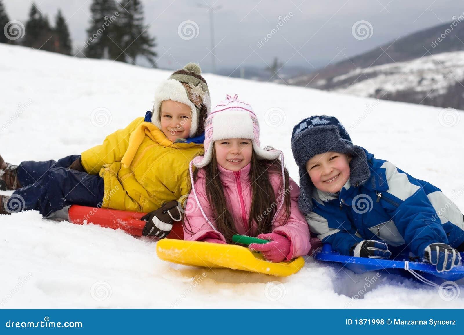 下滑雪的新鲜的孩子