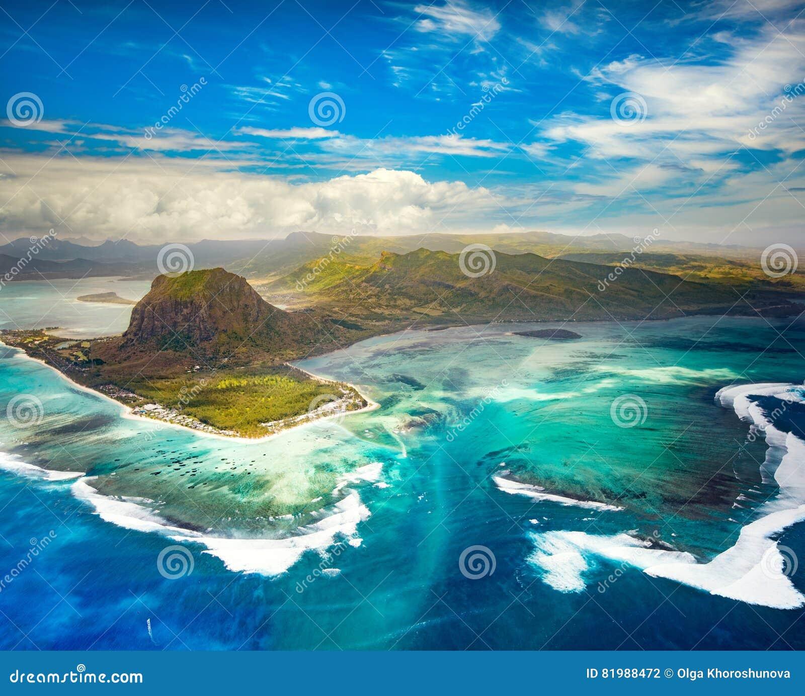 水下的瀑布的鸟瞰图 毛里求斯