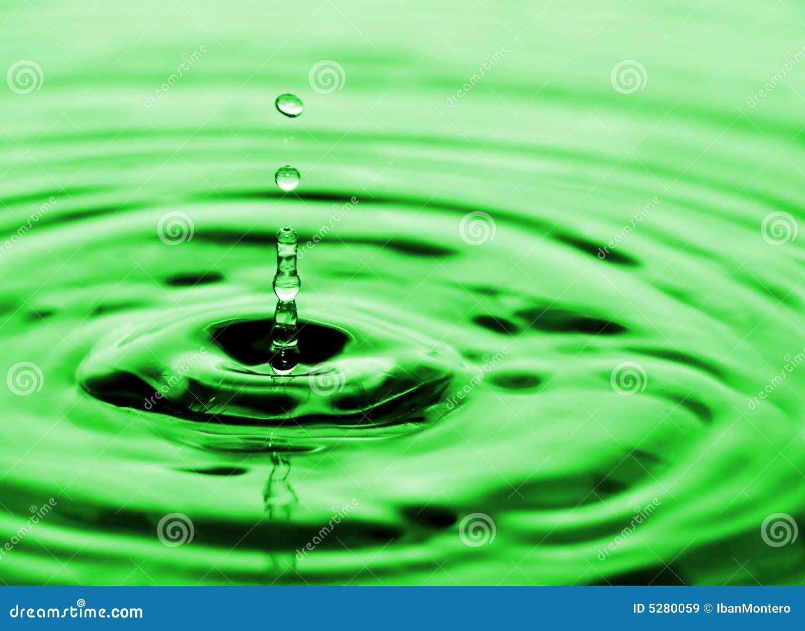 下落流动的水