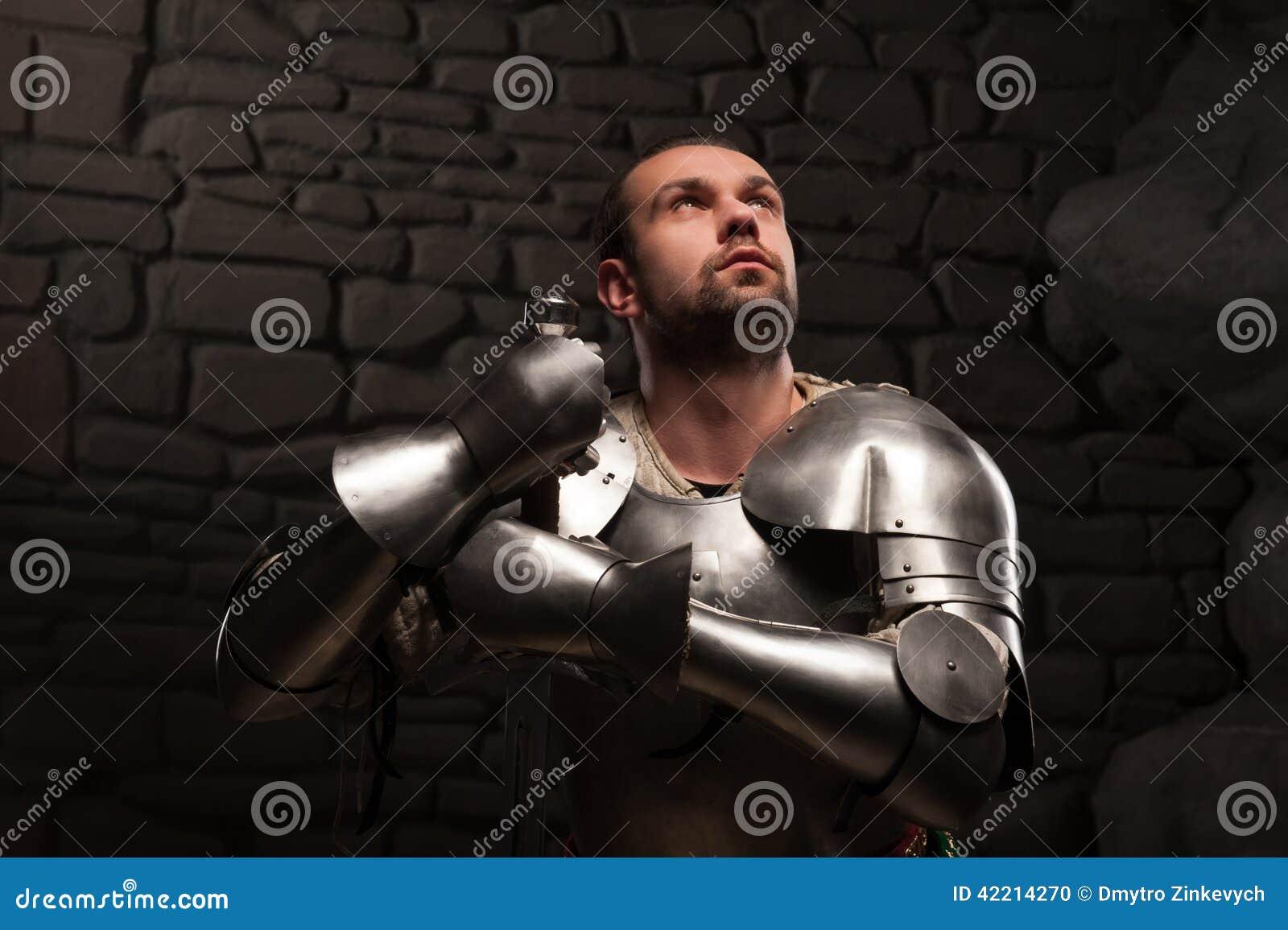 下跪与剑的中世纪骑士