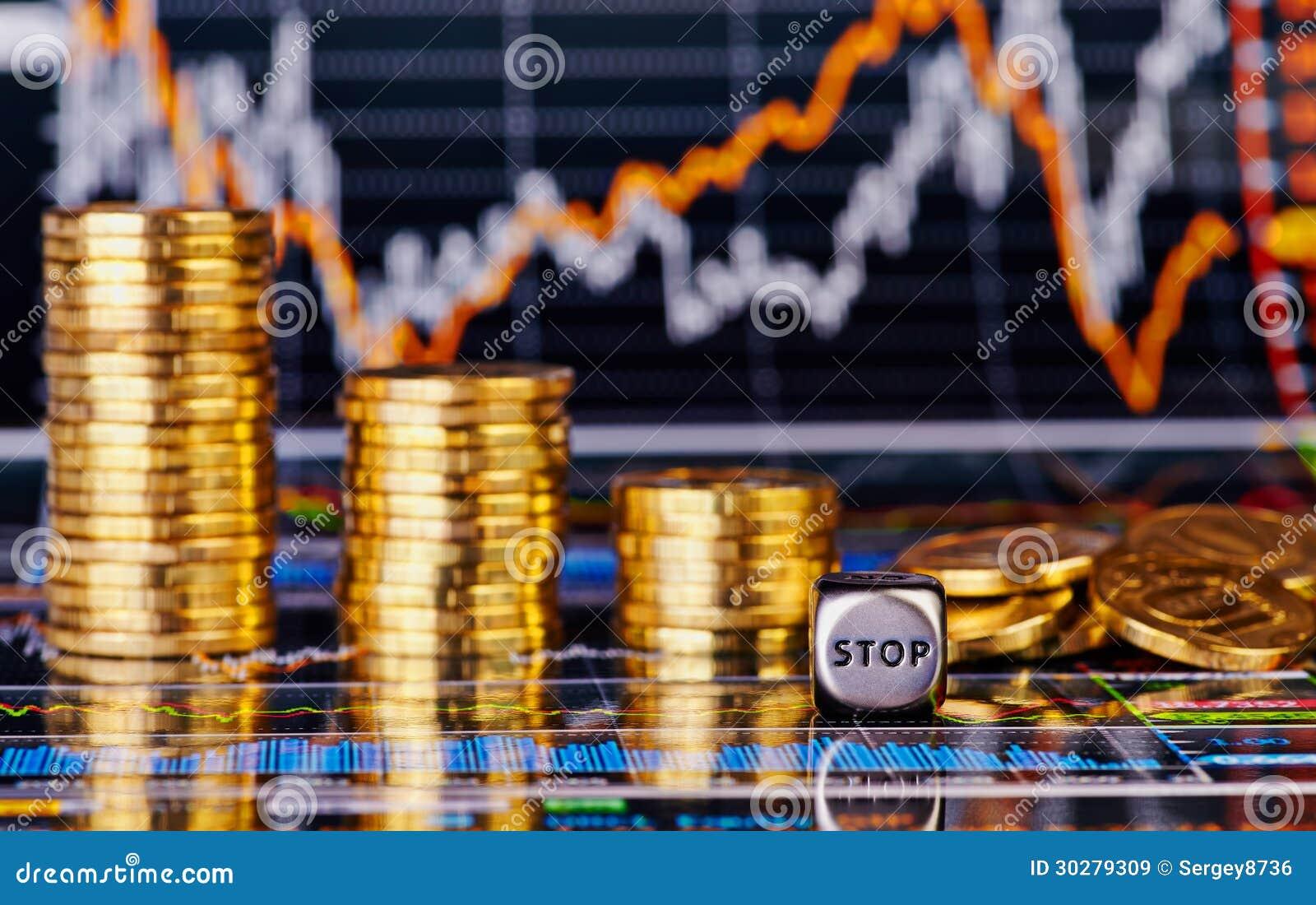 下降趋势金黄硬币堆,把与词中止的立方体切成小方块