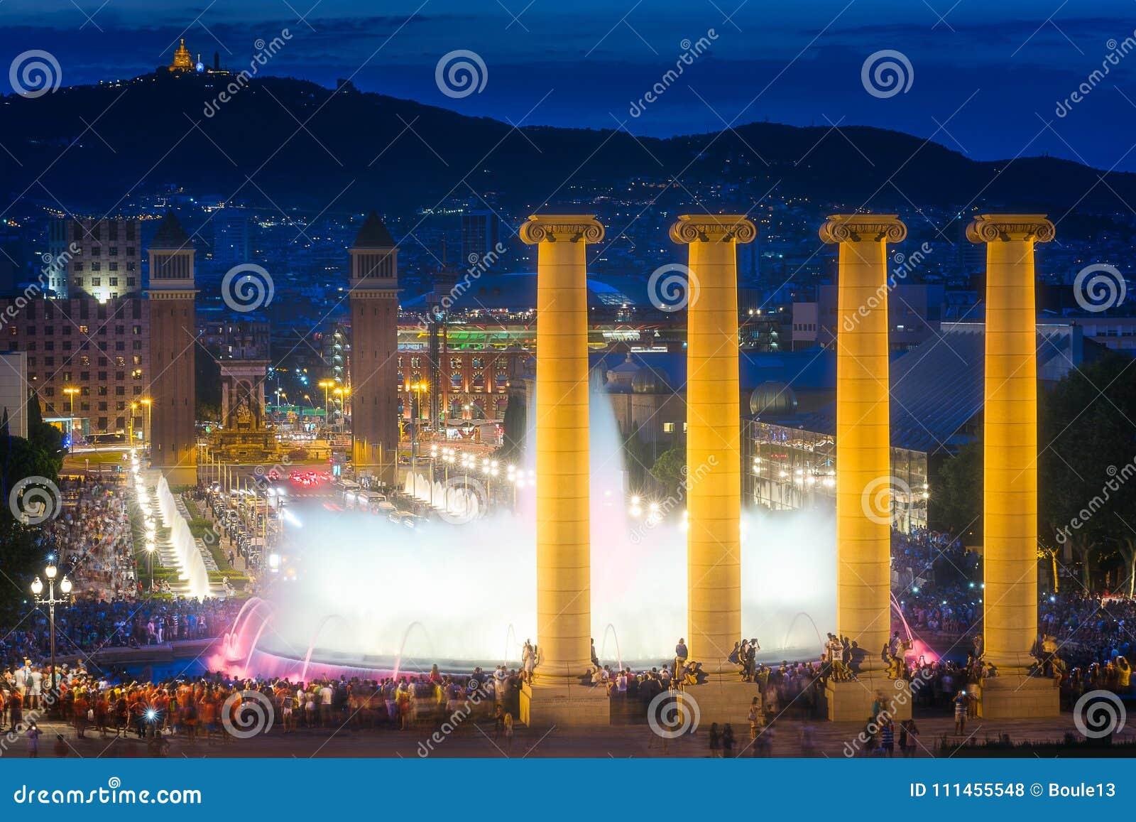 不可思议的喷泉夜视图在巴塞罗那