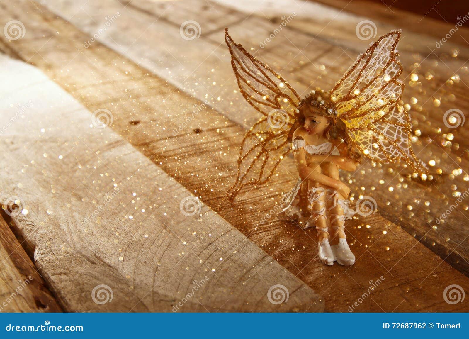 不可思议的矮小的神仙的图象在森林里 被过滤的葡萄酒