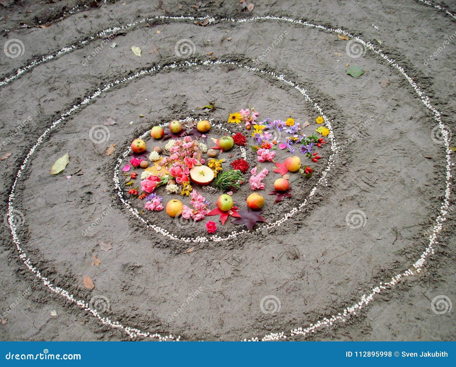 不可思议的螺旋在湖, wicca法坛旁边运作 异教