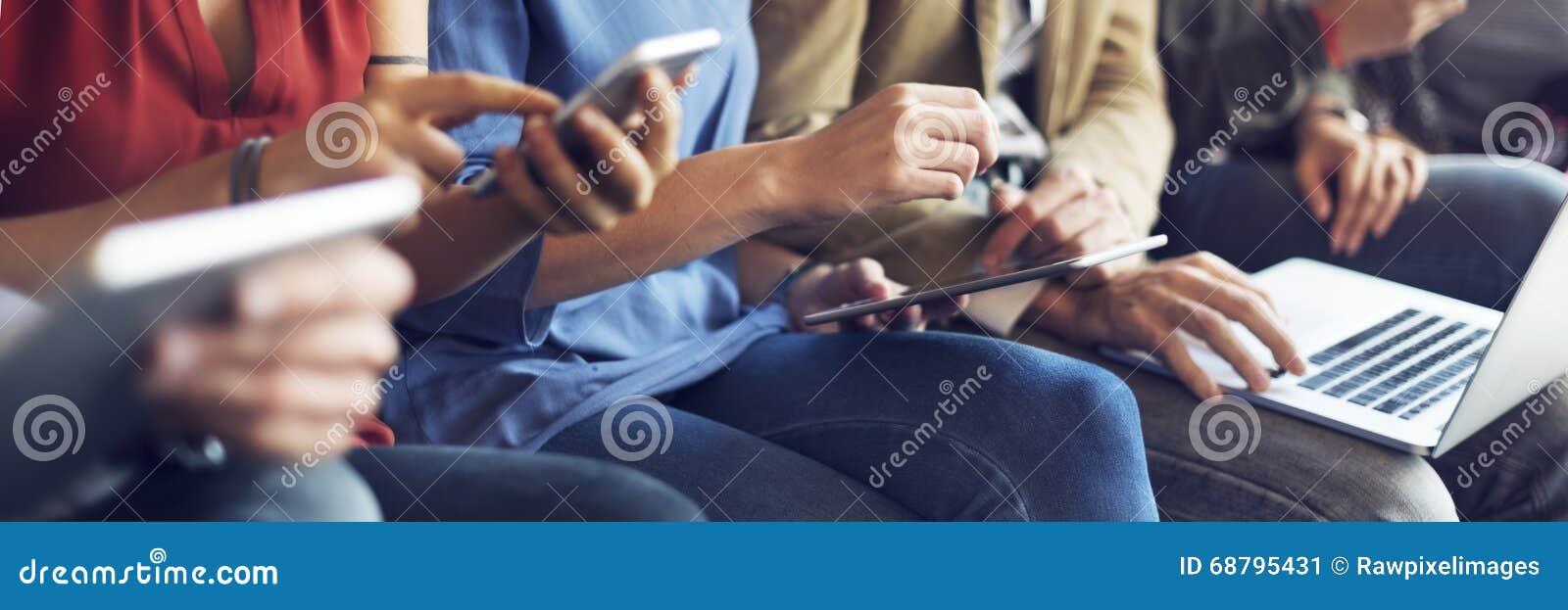 不同的人电子设备连接概念
