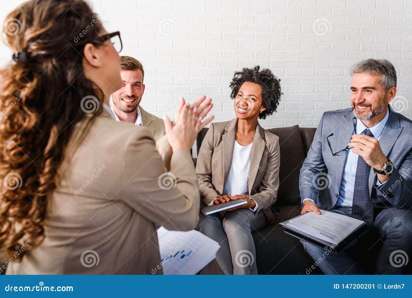 不同的企业队谈论工作在他们的办公室