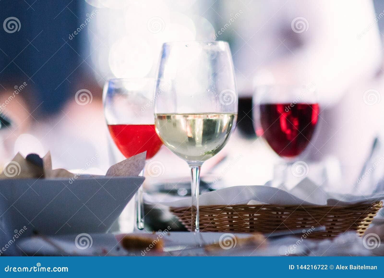 不同的品种酒在玻璃的在桌上