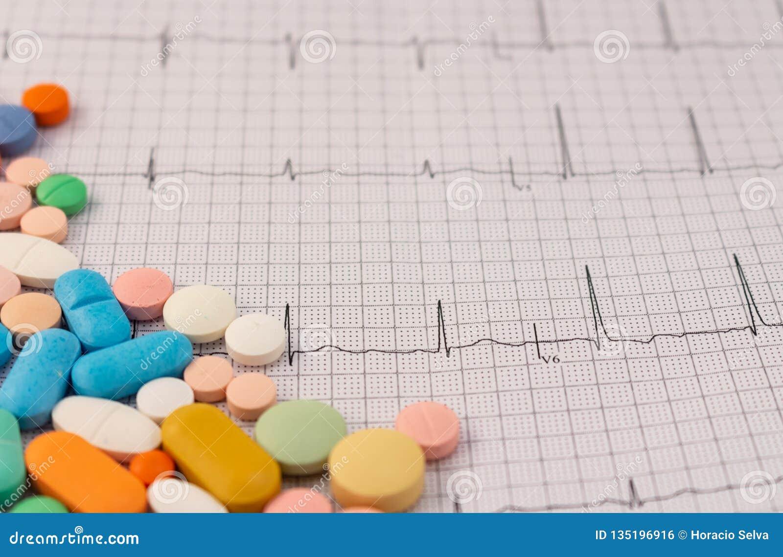 不同的大小和颜色药片在心电图