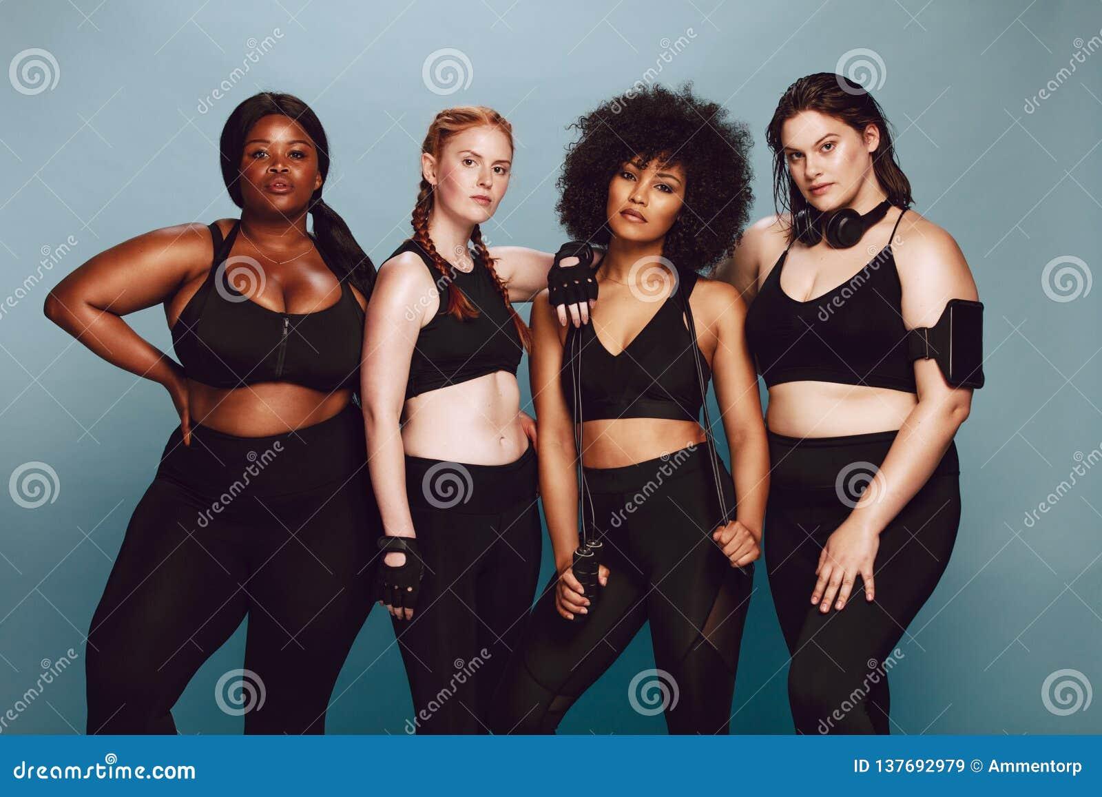 不同的小组运动服的妇女
