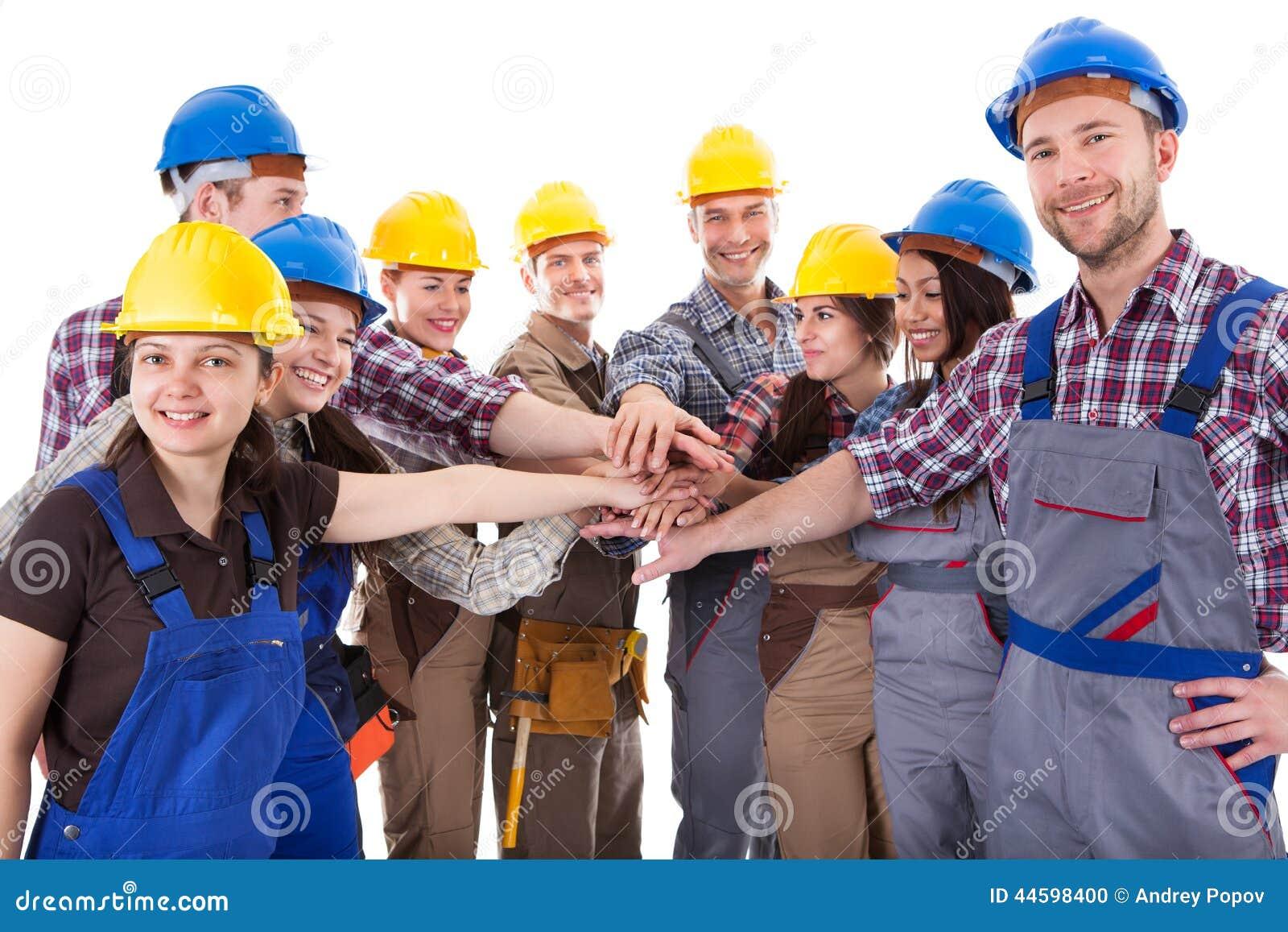 不同的小组堆积手的建筑工人